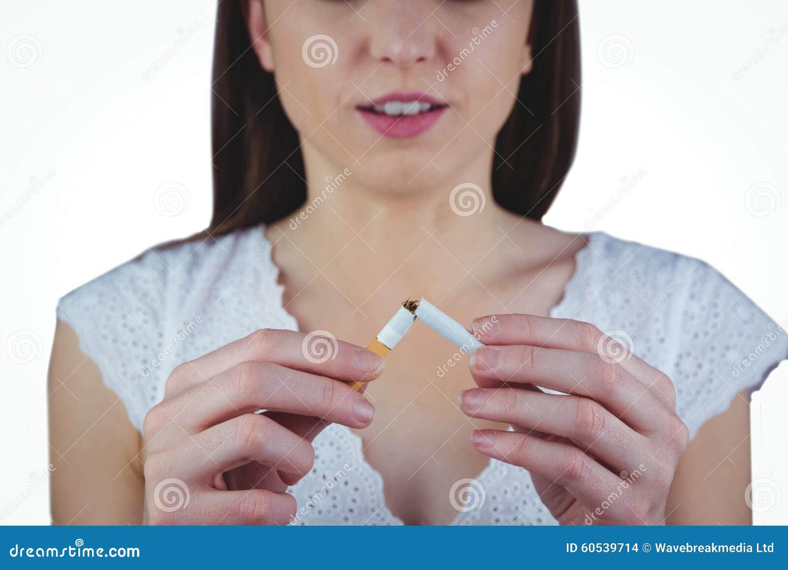 Låsande fast cigarett för kvinna i halva