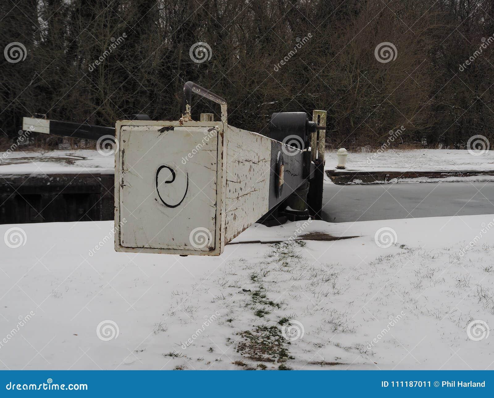Låsport i vinter med snö på jordningen och isen på den vatten-, Kennet och Avon kanalen