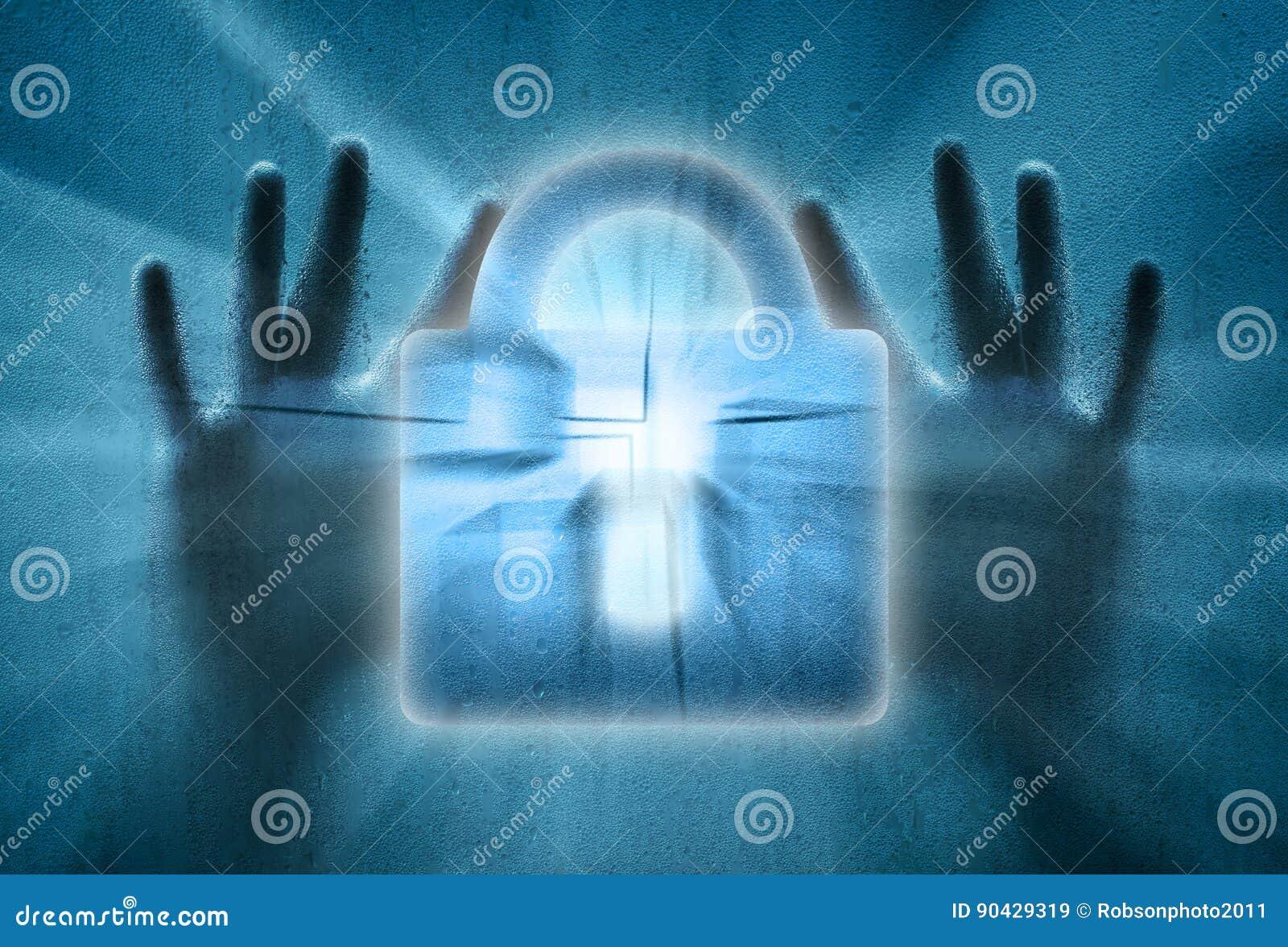 Låst hänglås med mänskliga händer