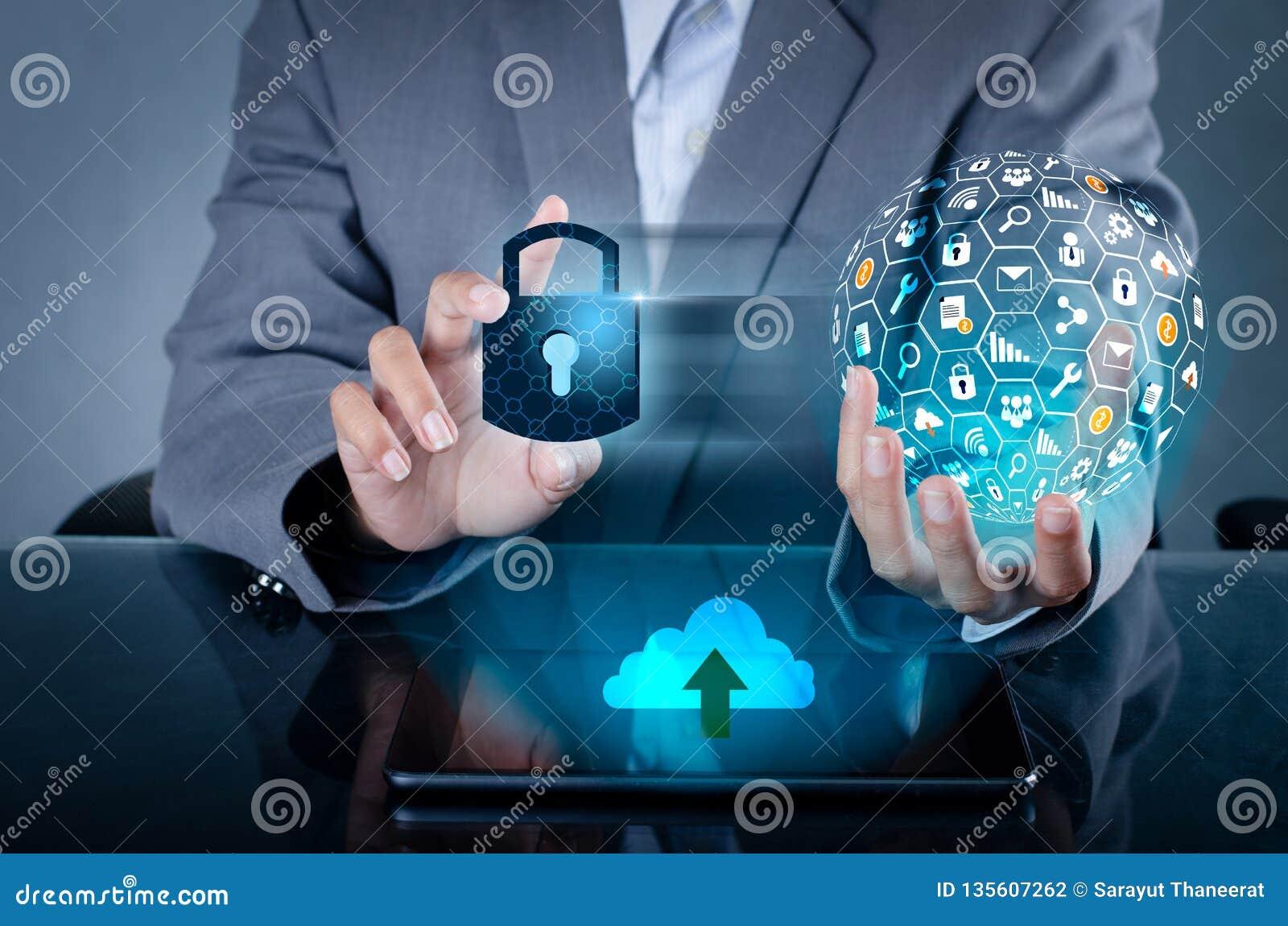 Låst upp press för hand för telefon för smartphonelåsinternet telefonen som meddelar i internet Handen för Cybersäkerhetsbegreppe