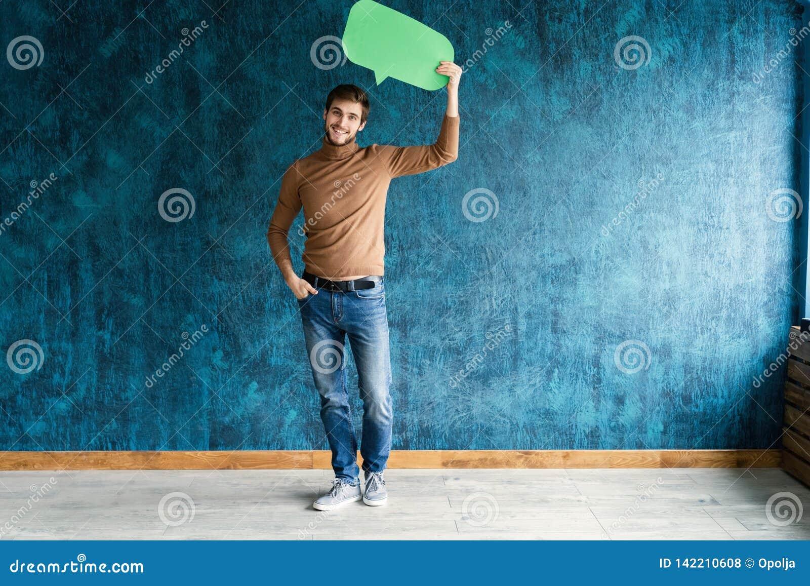 Låt oss starta en konversation Jag talar språket av framgång Stilig ung man som upp på rymmer anförandebubblan