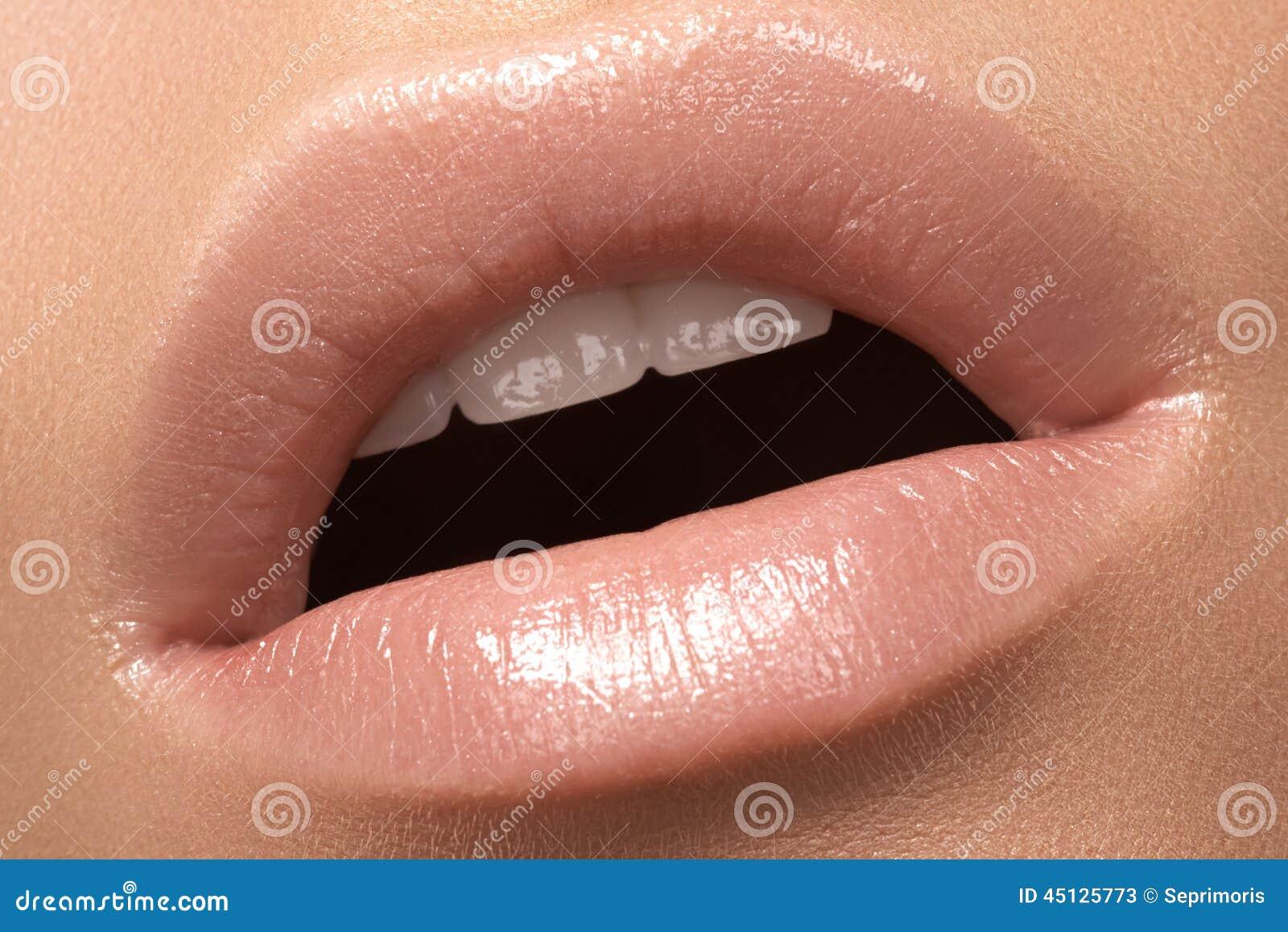 Lèvre en gros plan de mode avec le maquillage tendre de lustre Languettes  normales Photos stock