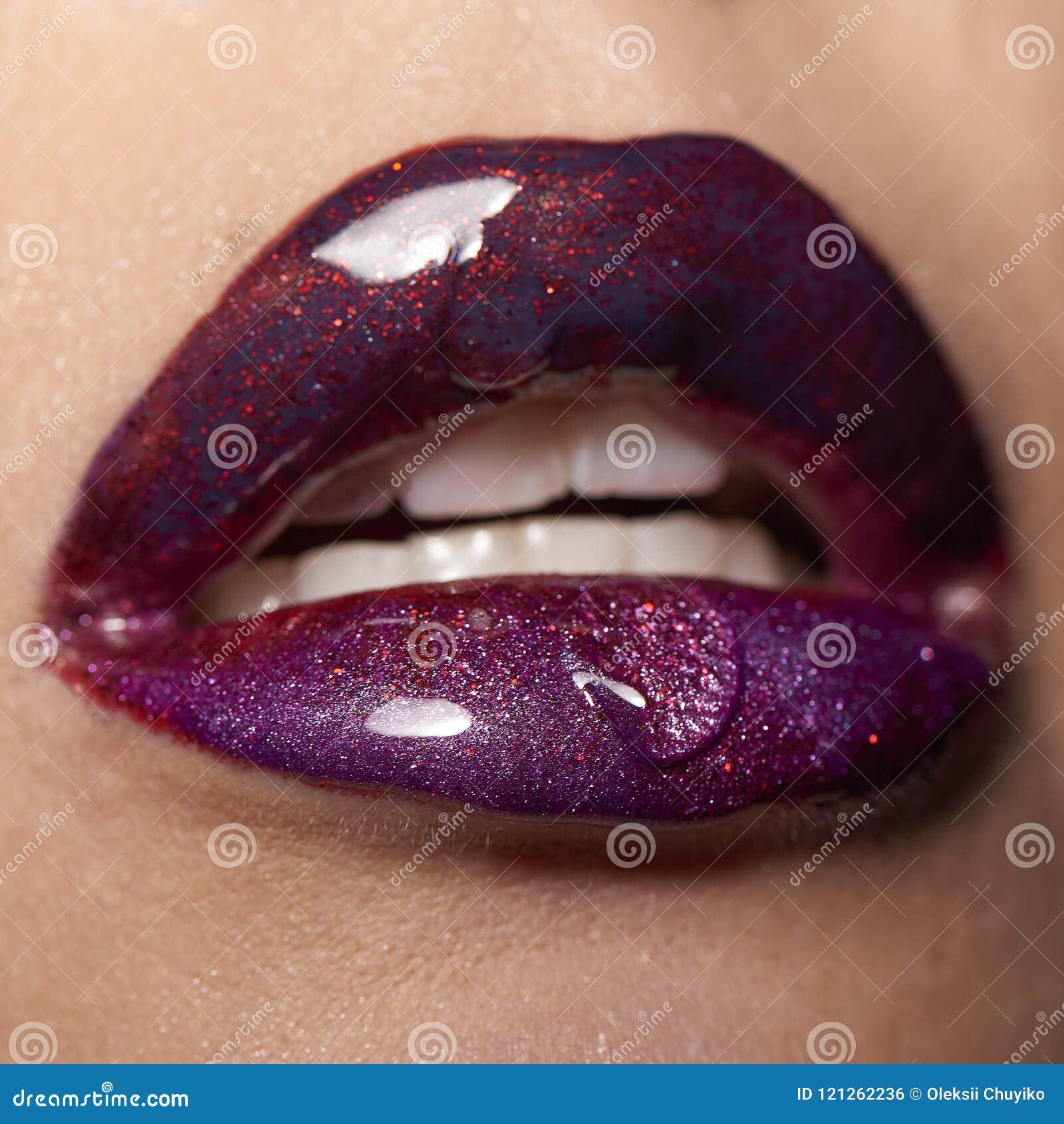 Lèvres violettes rouges humides avec la baisse