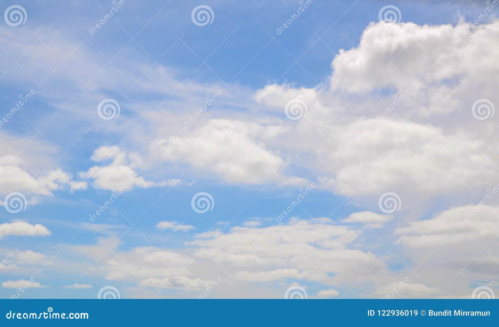 Légèrement cumulus sur le ciel bleu montrant le modèle mou blanc de texture