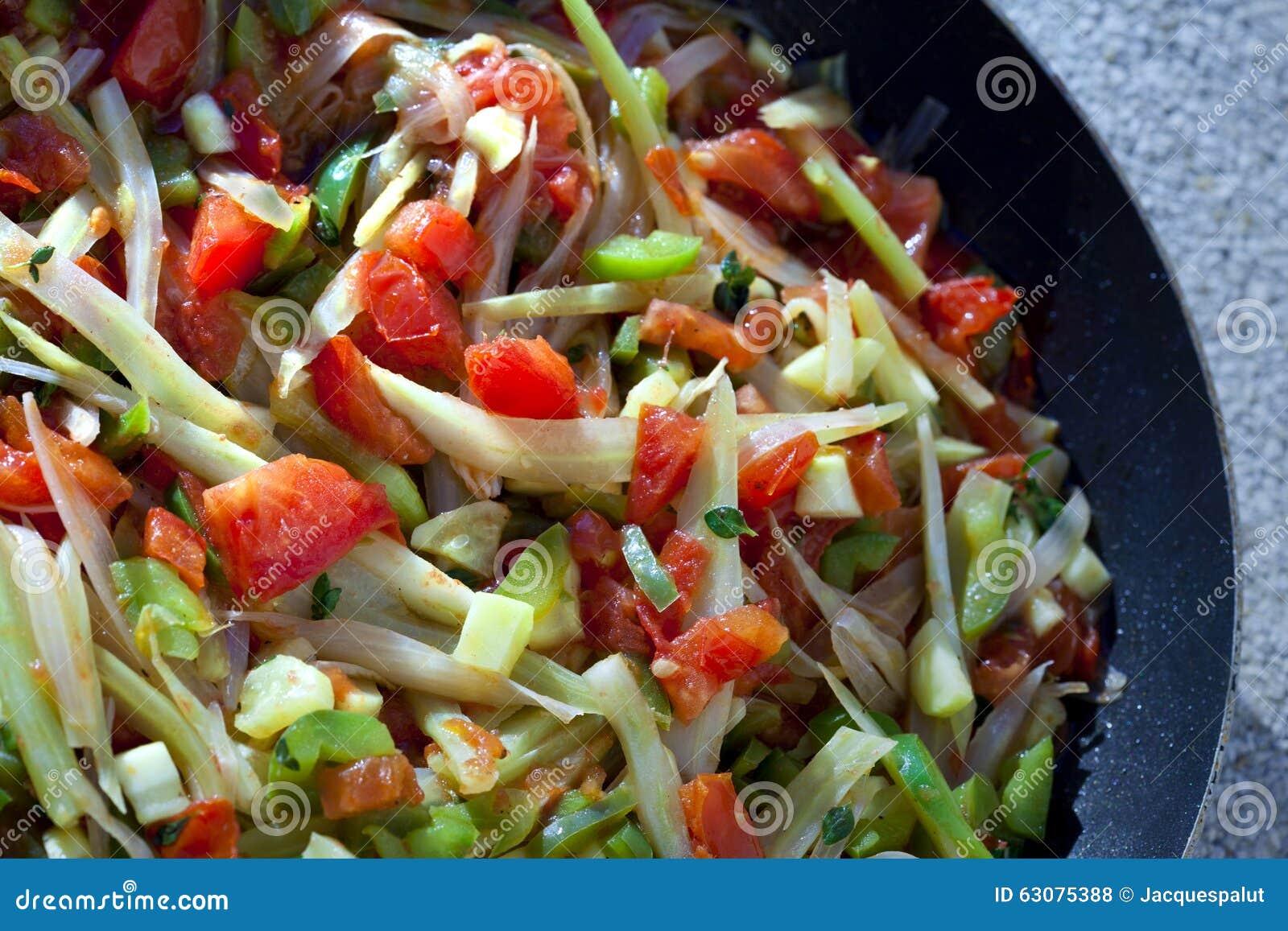 Download Légume sur une casserole photo stock. Image du appétissant - 63075388
