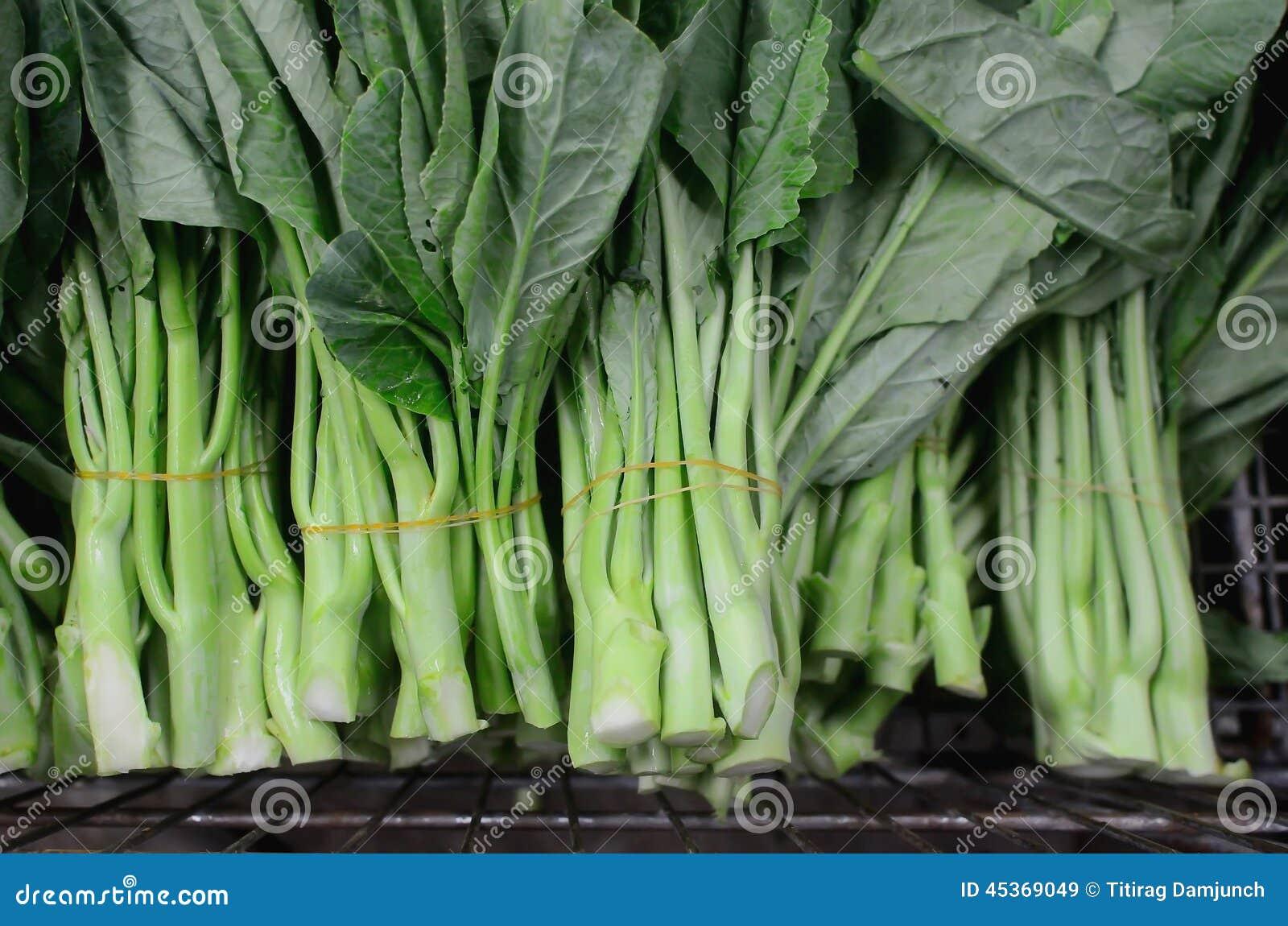 Légumes chinois de brocoli dans le panier