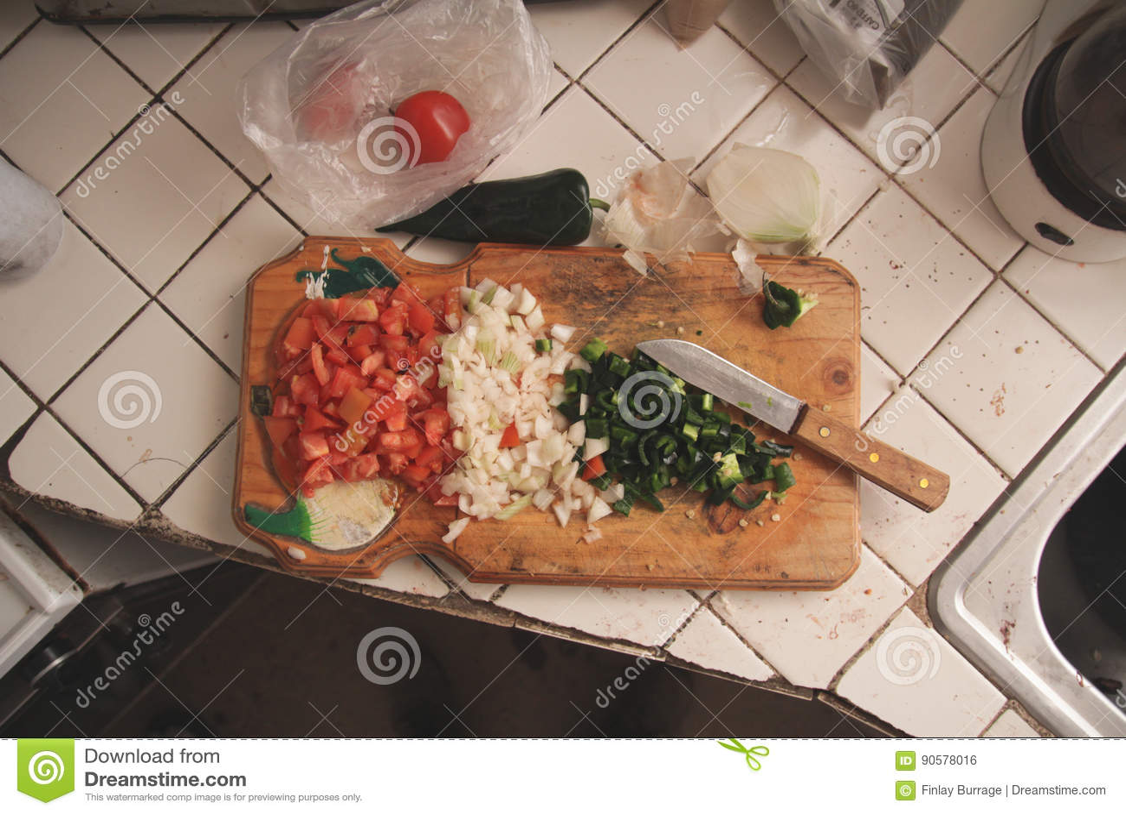 Légumes coupés sur la planche à découper