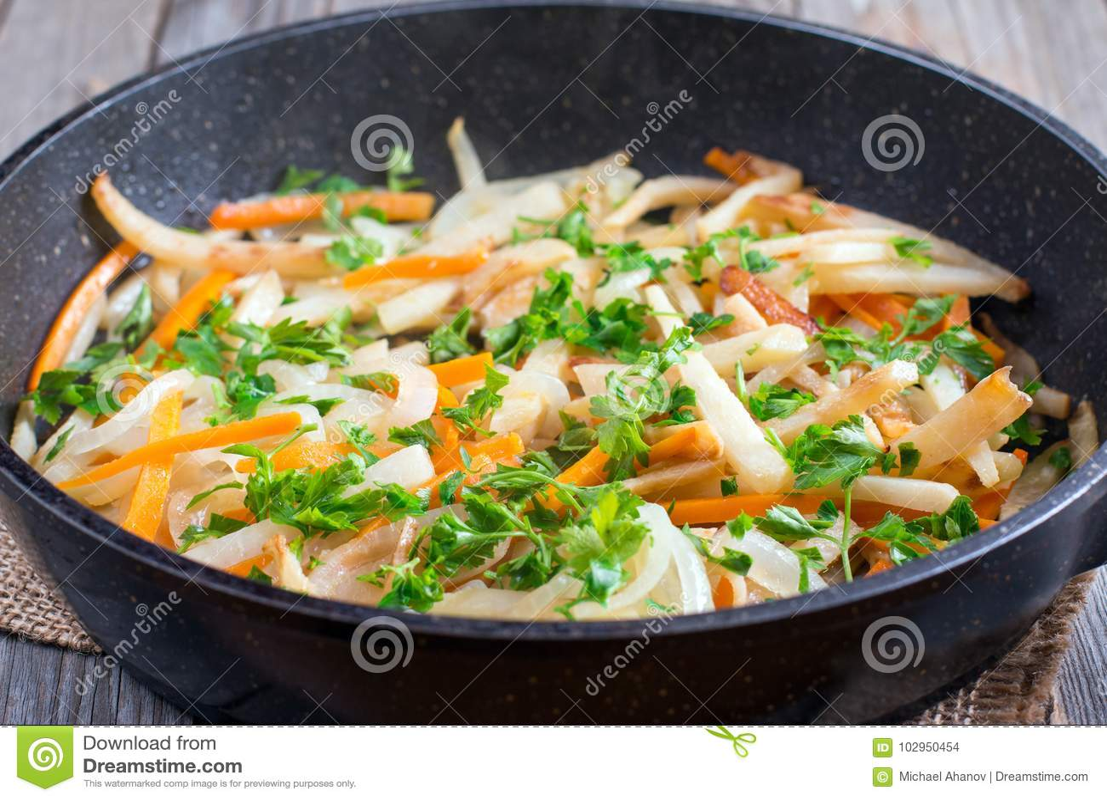 Légumes cuits dans une poêle avec des verts