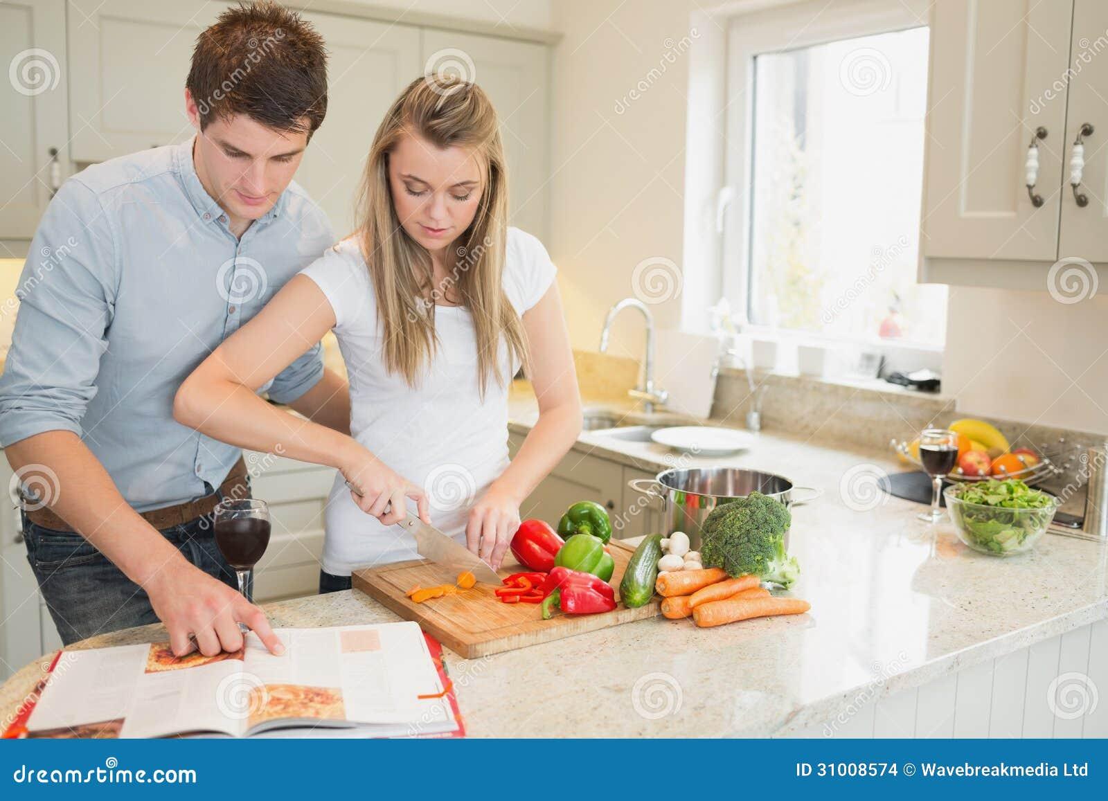 L gumes de coupe de femme avec l 39 homme lisant le livre de for Livre cuisine legumes