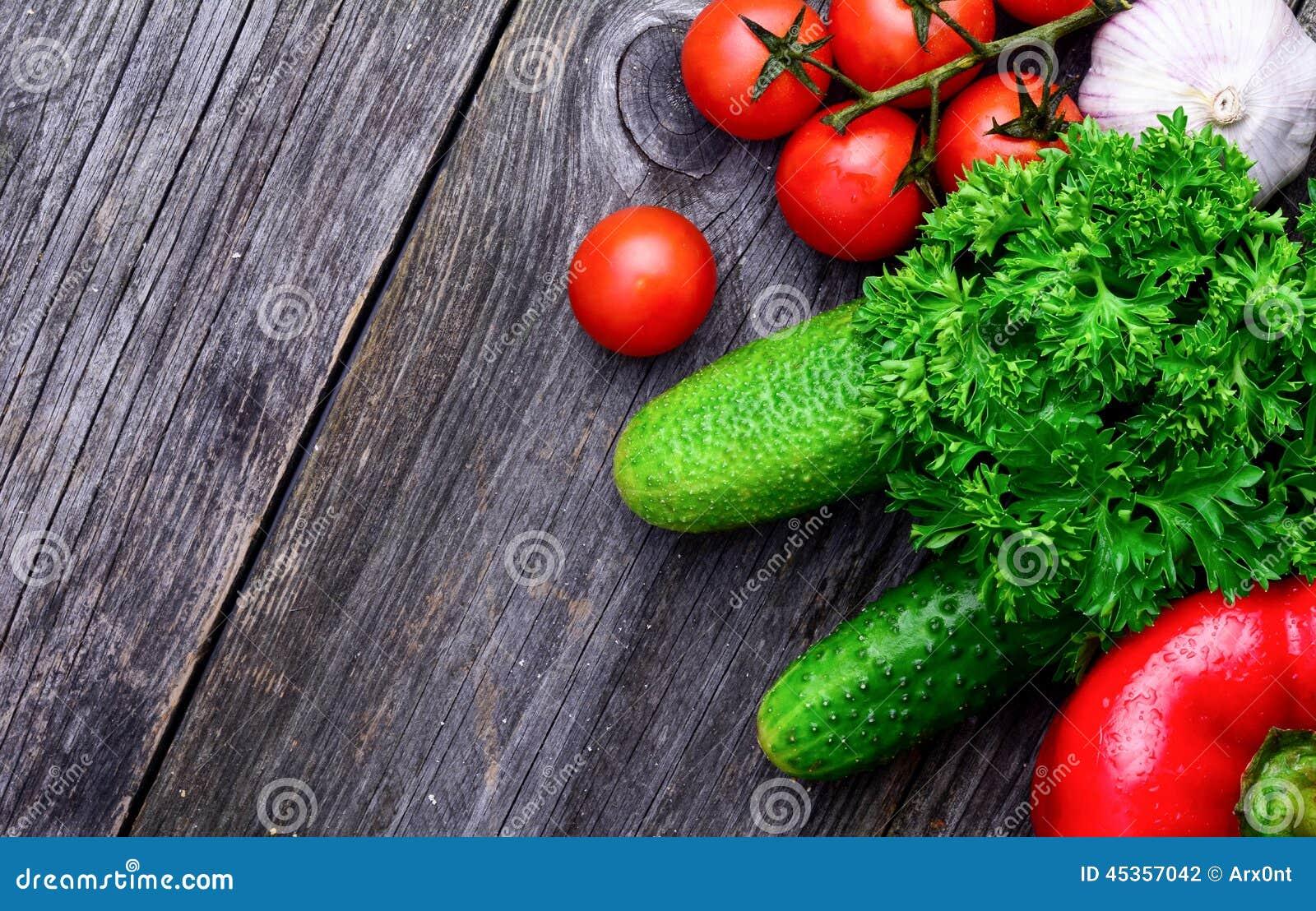 Légumes de marché de produits frais sur le fond en bois