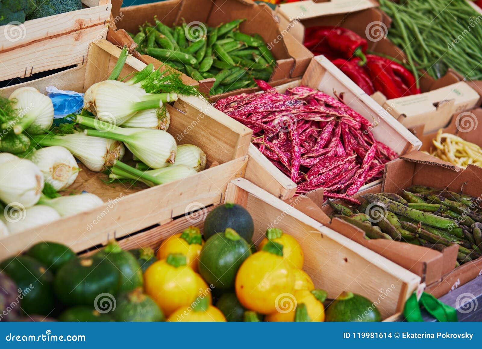 Légumes et fruits organiques frais sur le marché d agriculteur à Paris, France