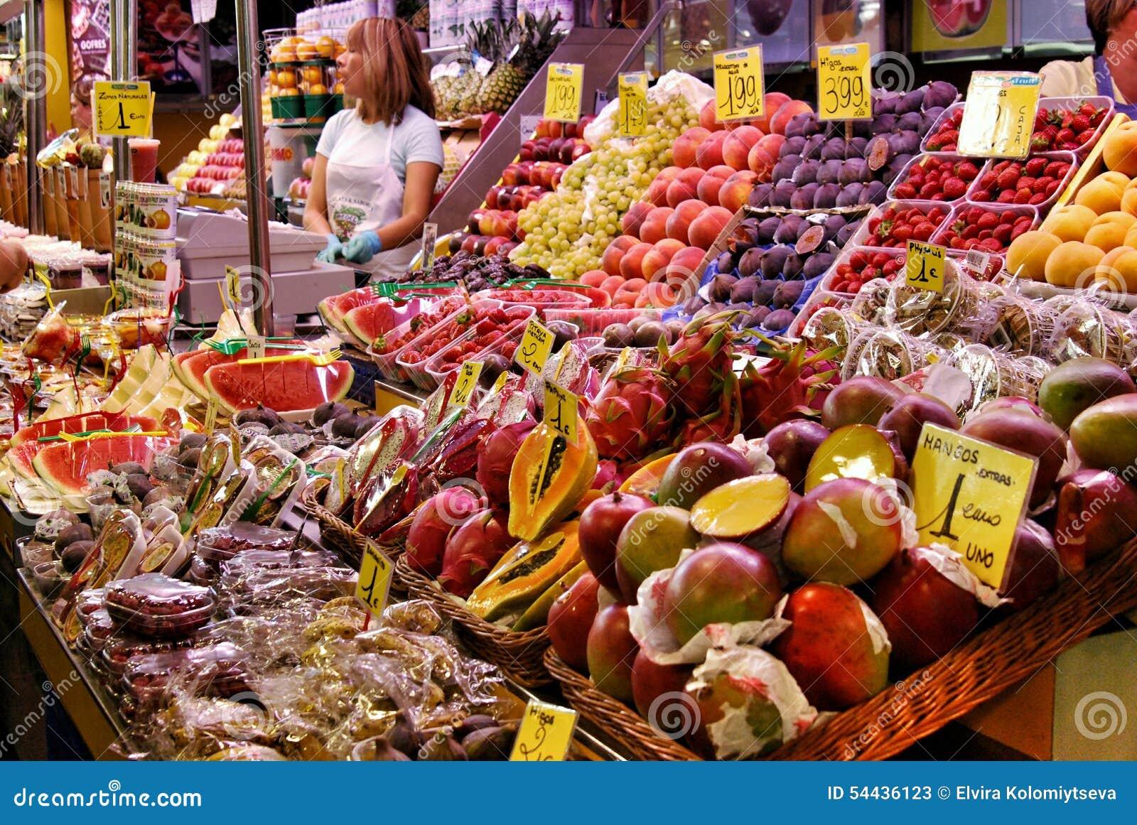 Légumes et fruits tropicaux sur le marché central à Barcelone