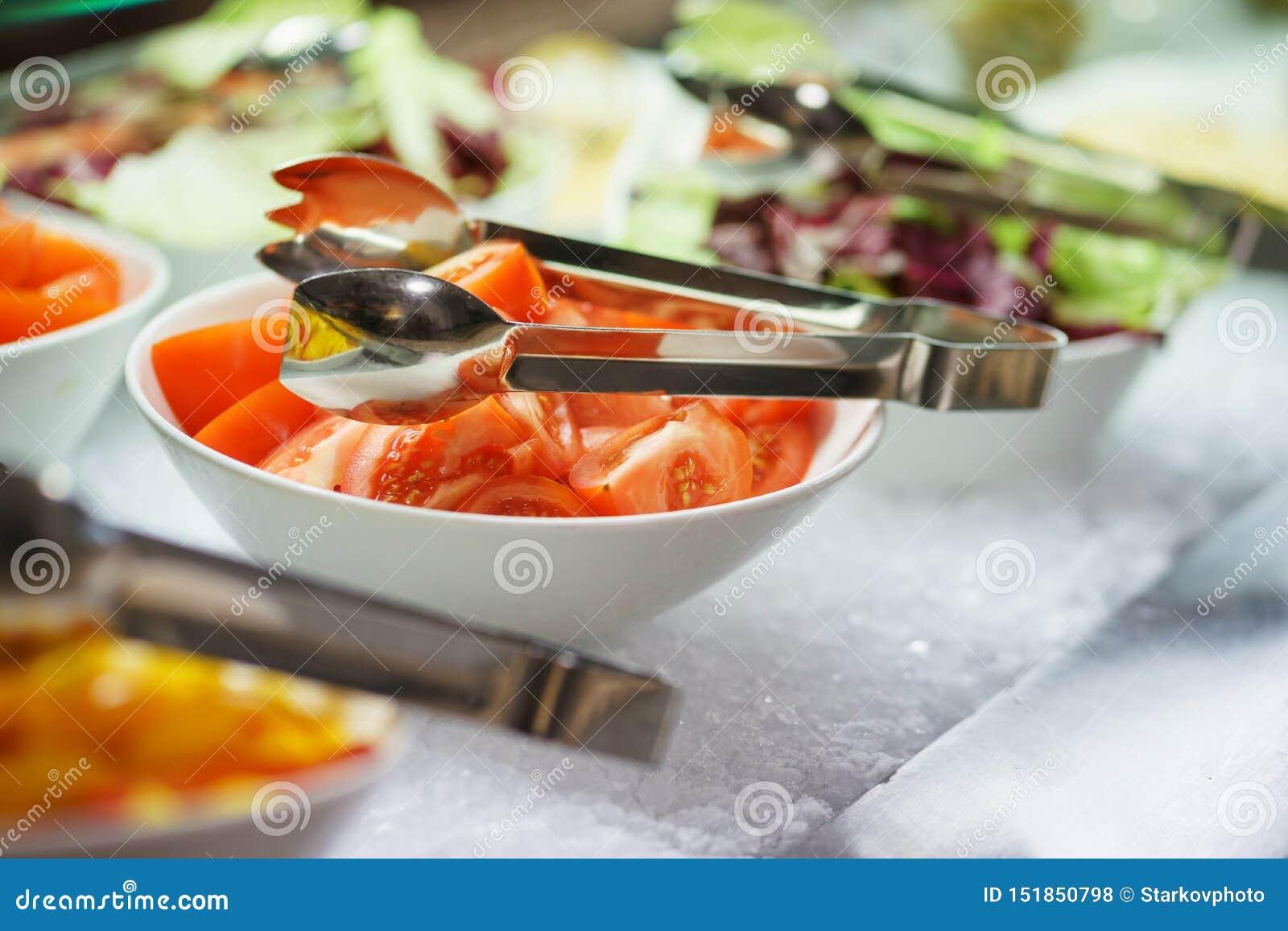 Légumes frais, herbes, olives, sauce et sauce salade au compteur