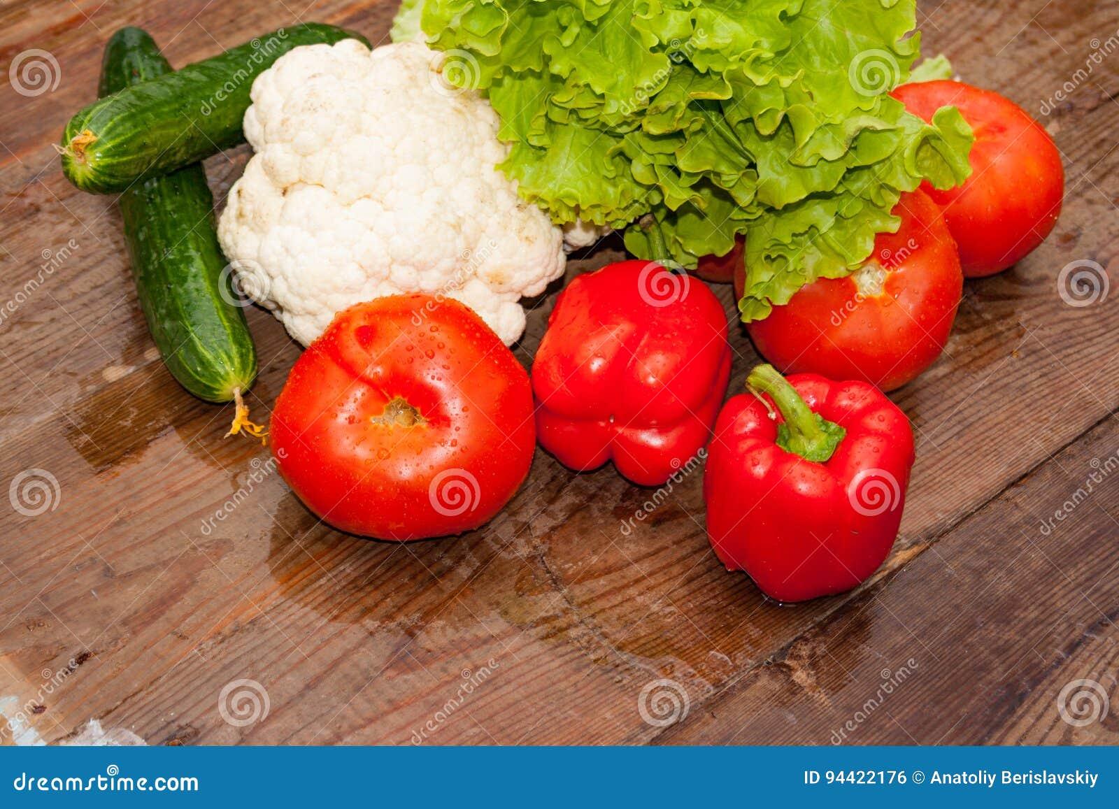 Légumes frais sur le fond d une table en bois
