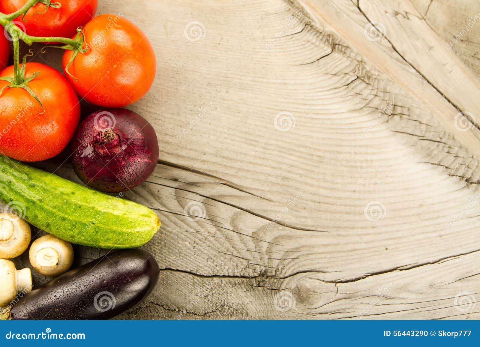 Légumes frais sur le fond en bois L icône pour la consommation saine, régimes, perte de poids