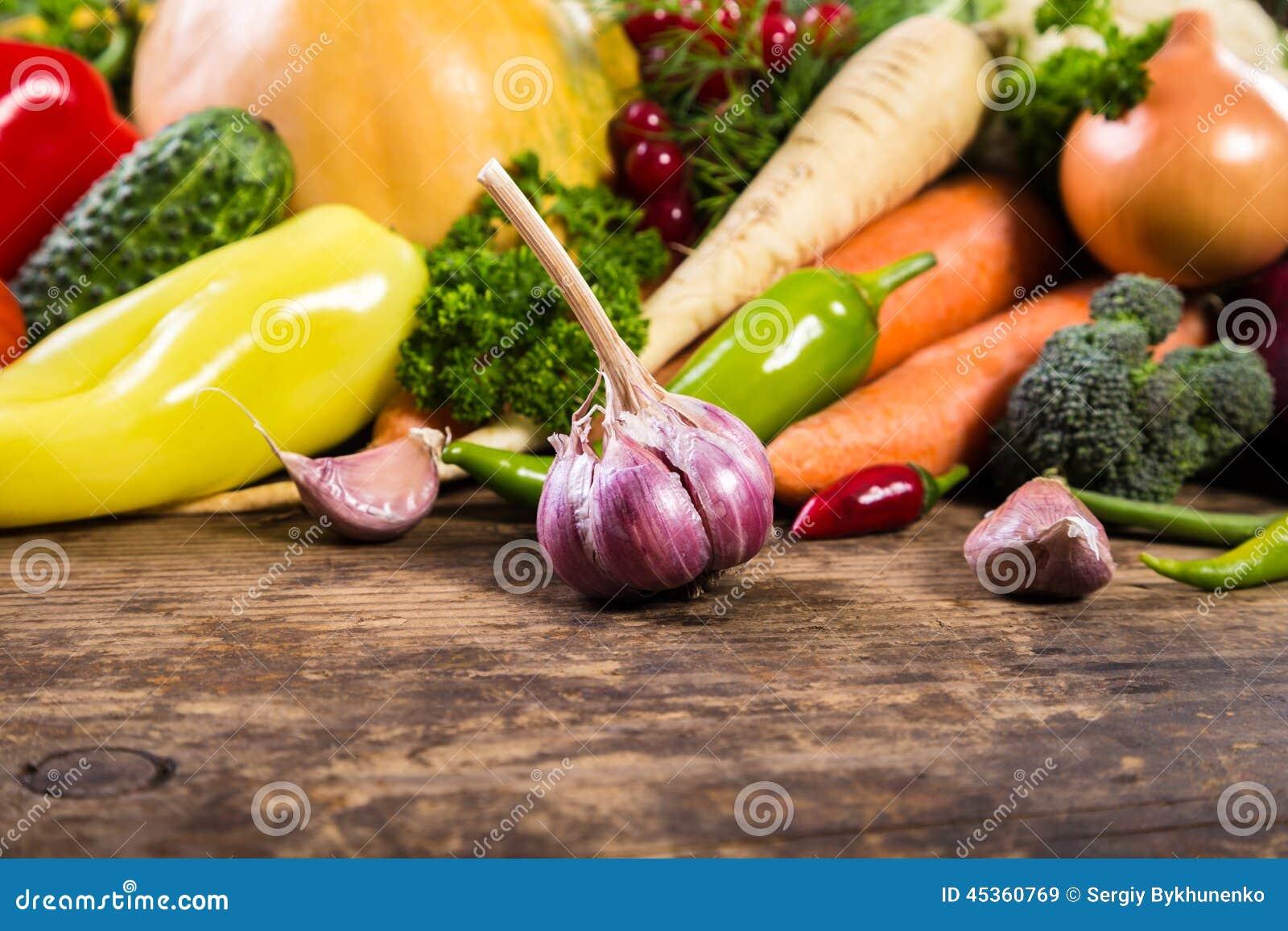 Légumes sur la table en bois