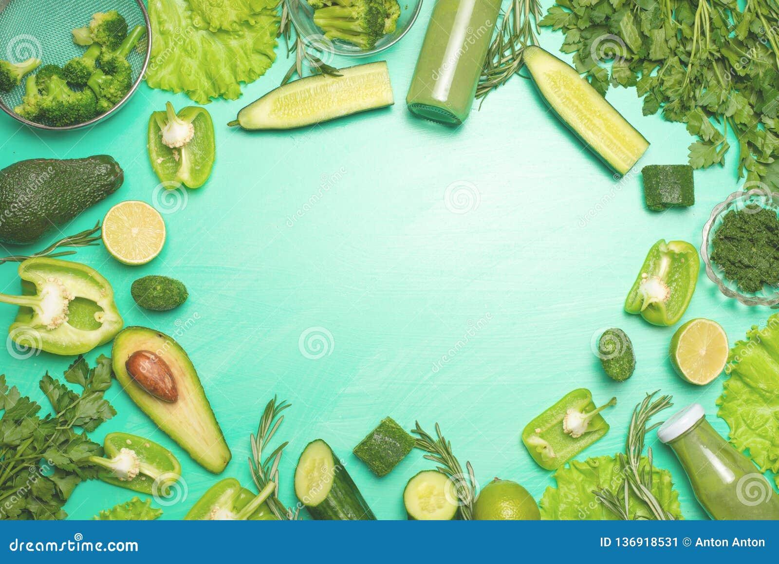 Légumes verts sur un fond vert Composition de detox et nutrition saine, régimes alimentaires sains et sports Bannière pour