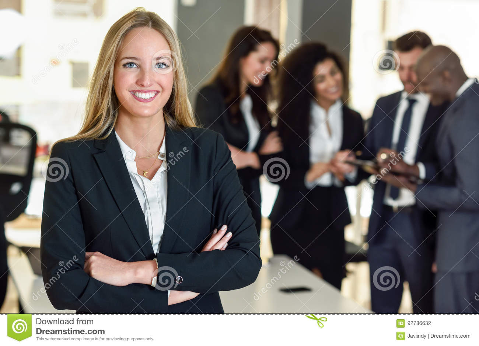 Líder de la empresaria en oficina moderna con el workin de los empresarios
