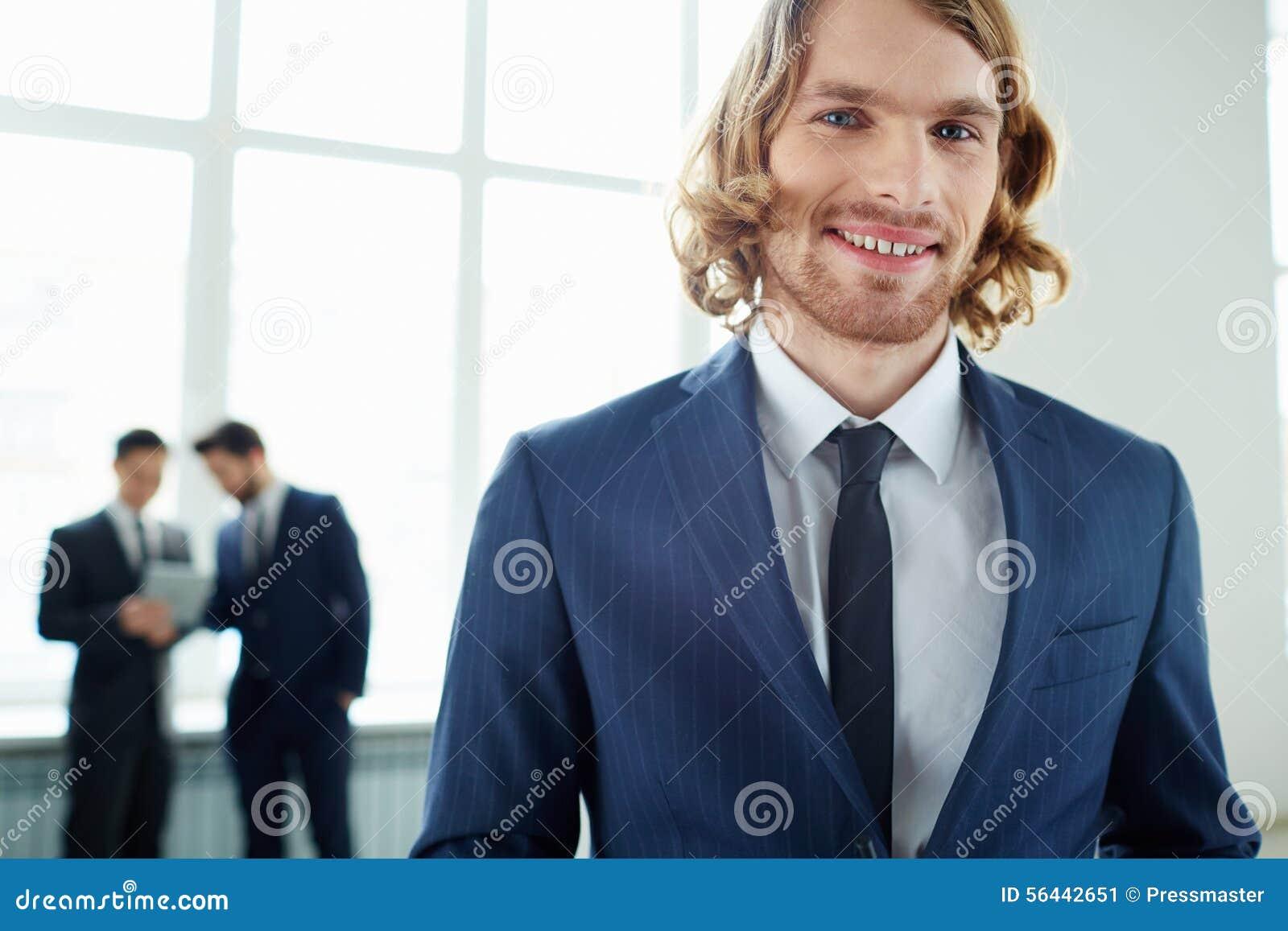 Líder de sexo masculino elegante