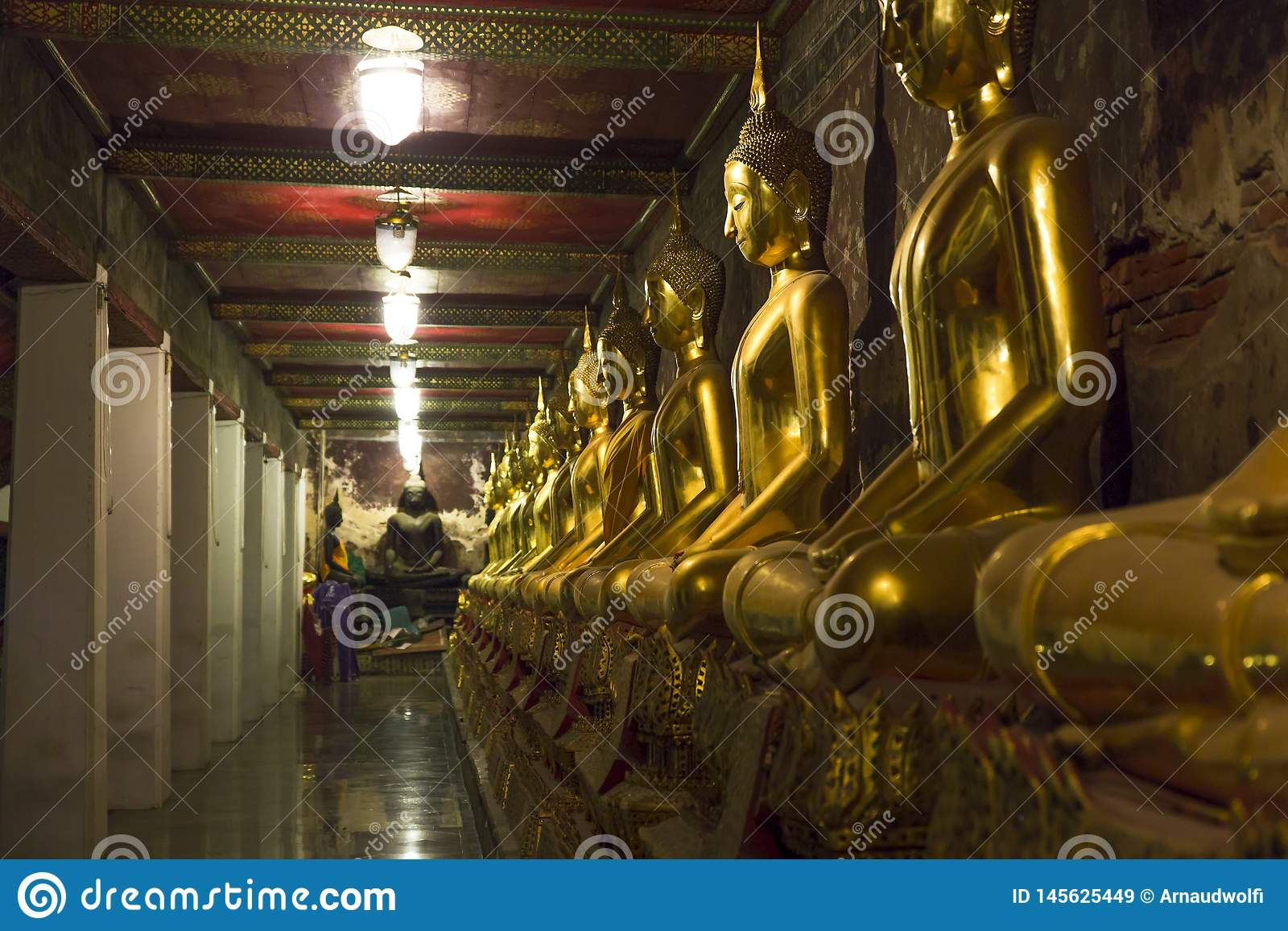 Línea de estatuas de oro
