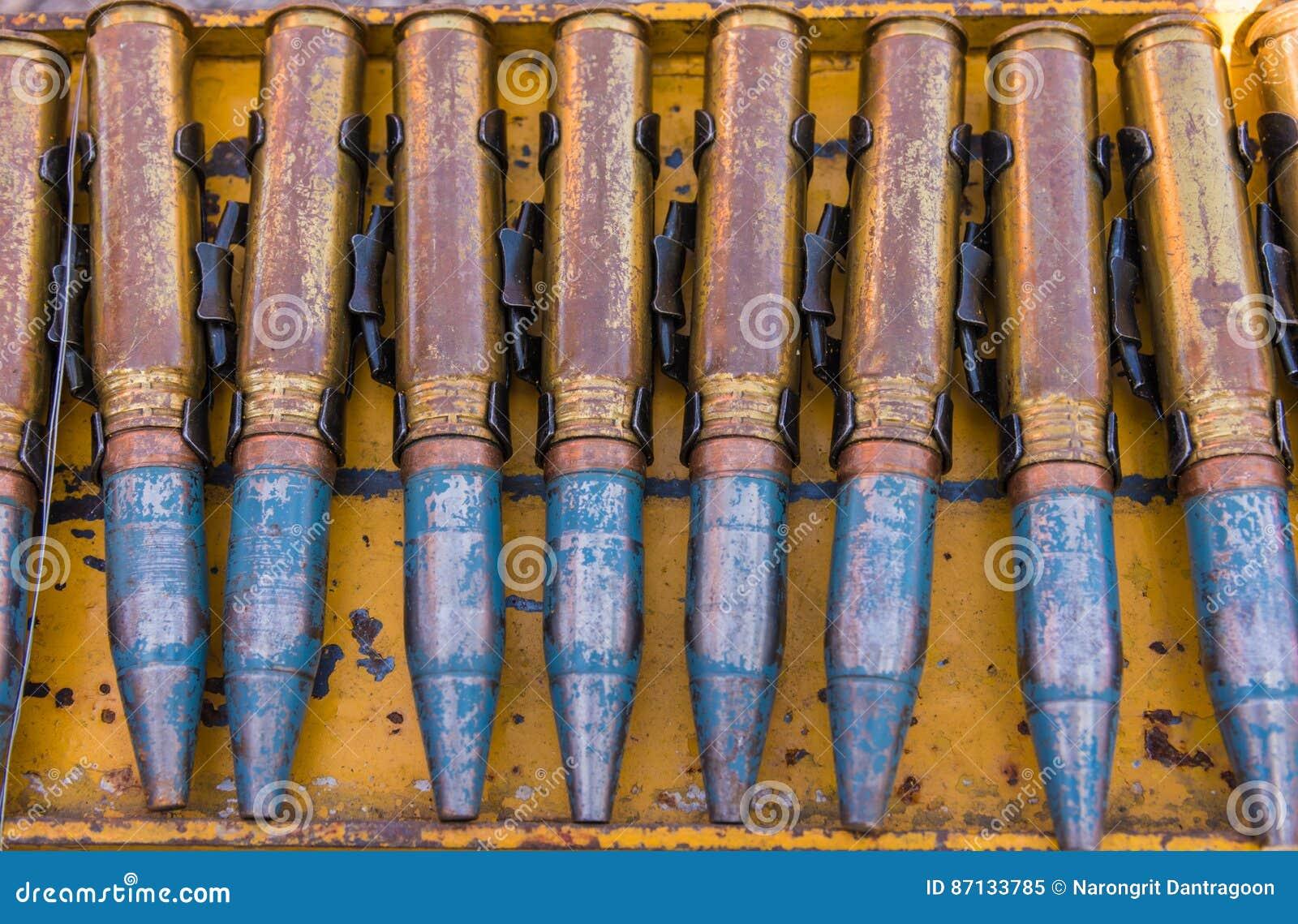 Línea de la bala en el estante de acero