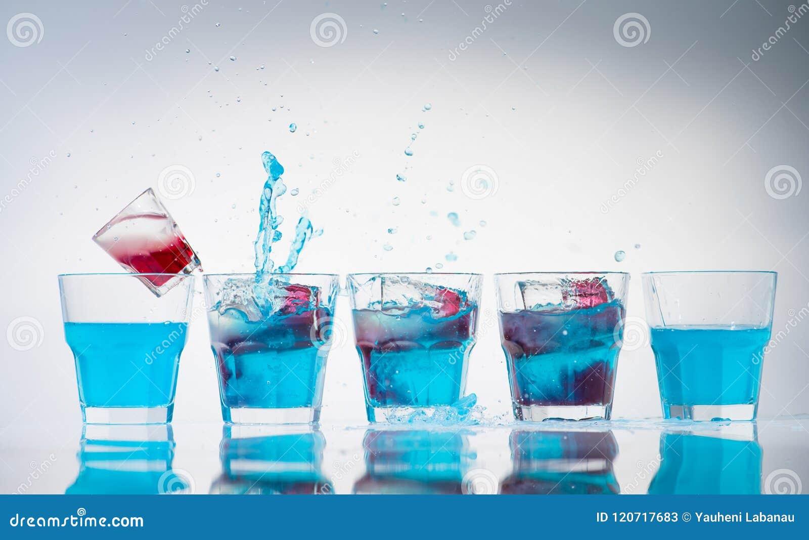 Línea de la fila de taza y de vasos de medida