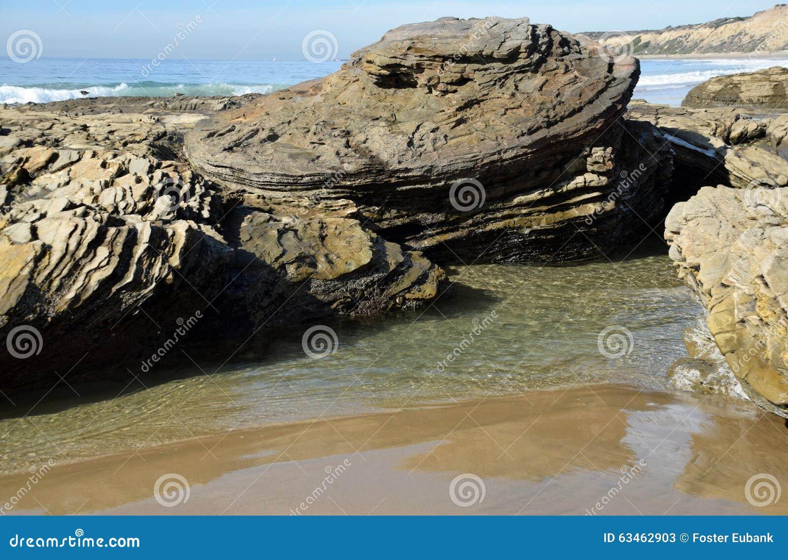 Línea de la playa rocosa en Crystal Cove State Park, California meridional