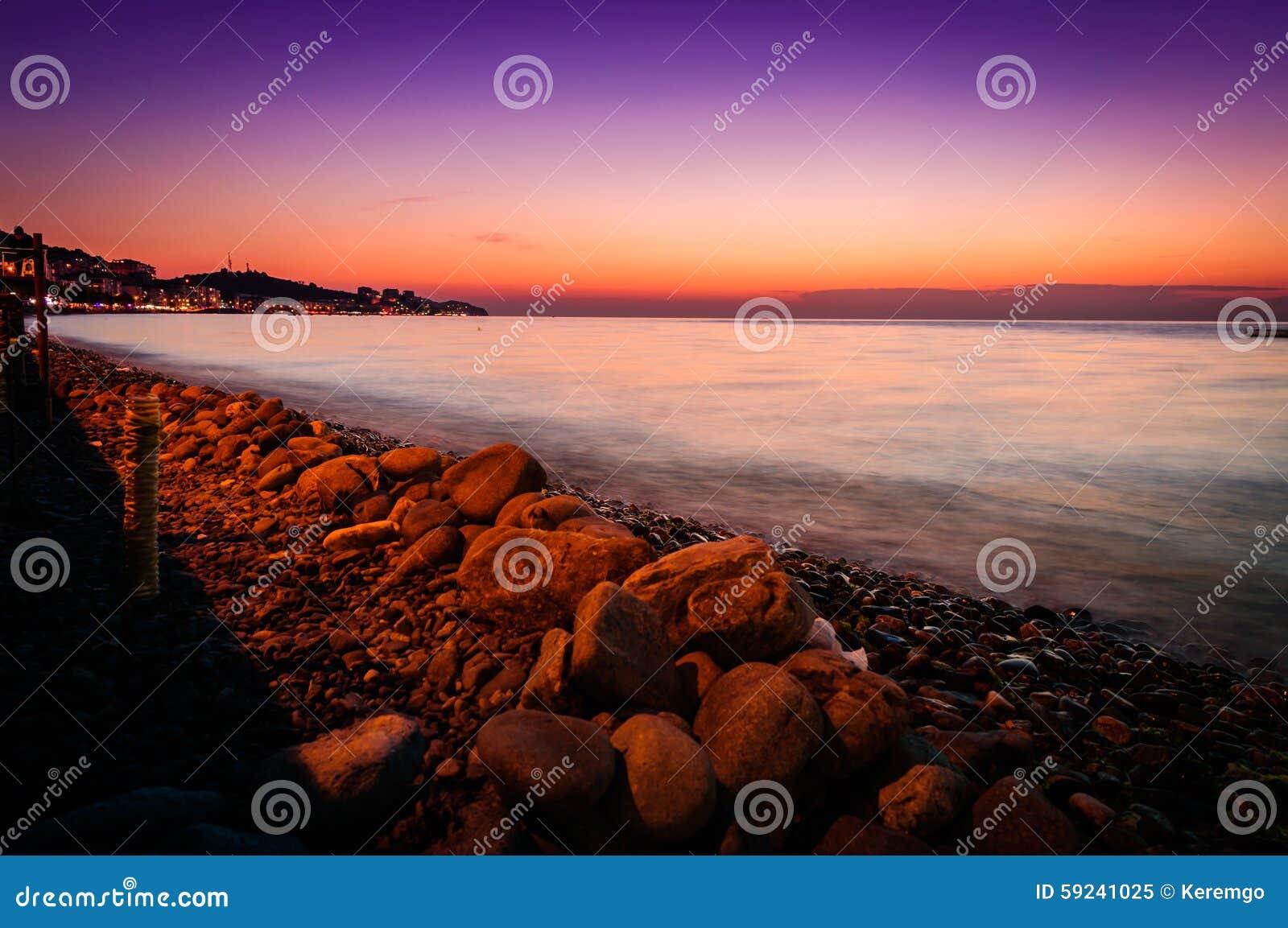 Línea de la playa tropical de la puesta del sol del verano