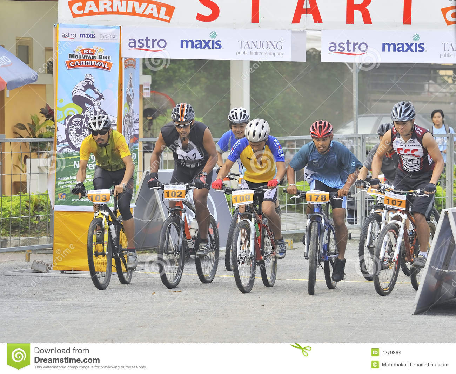 Línea de la raza de la bici de montaña al principio.