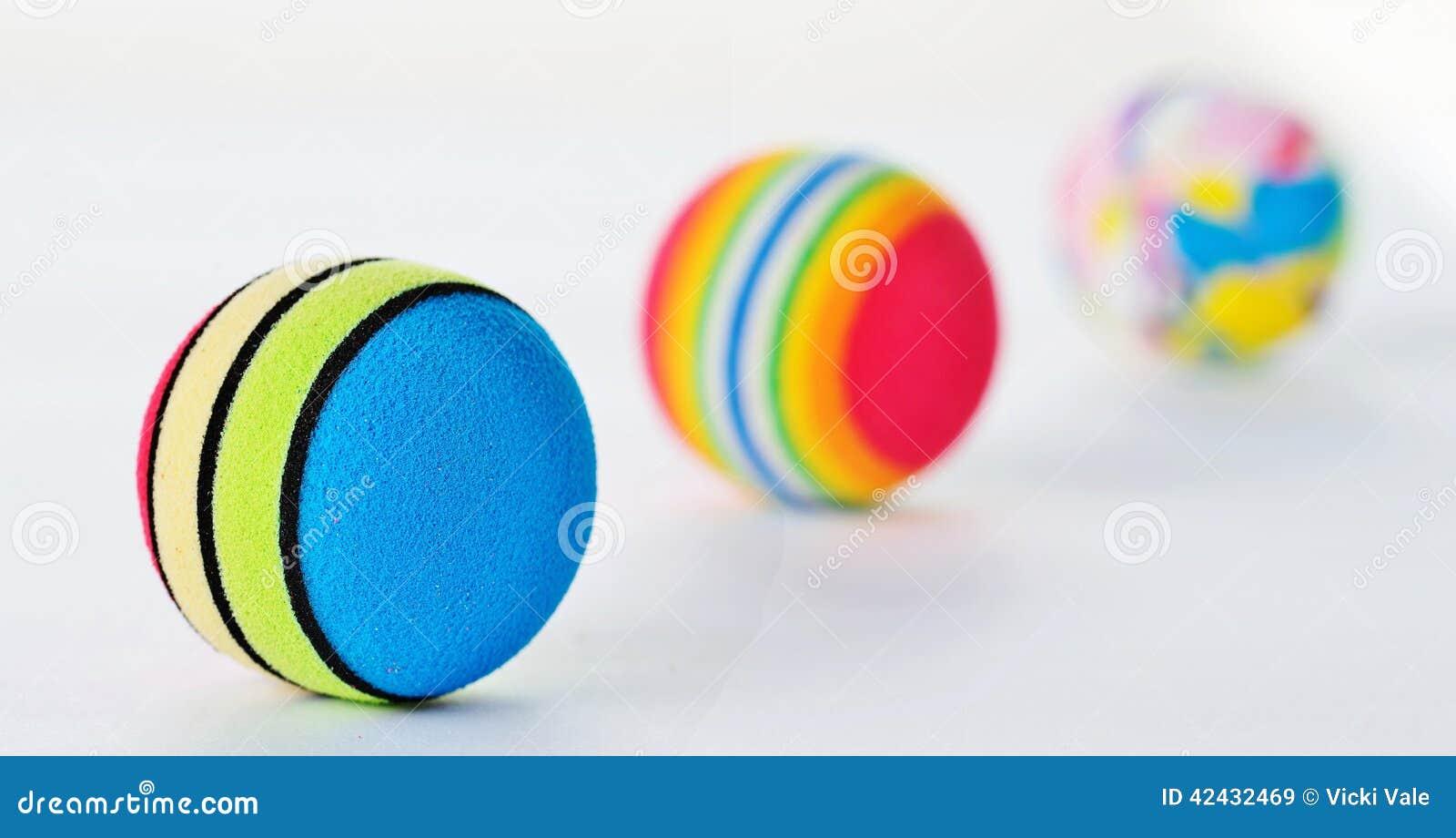Línea de tres bolas modeladas brillantemente coloreadas de Foan