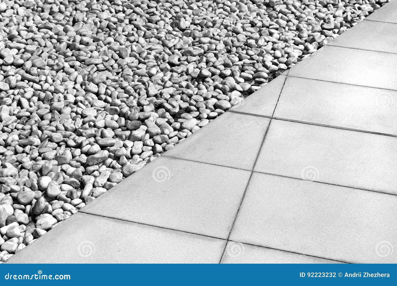 Línea divisoria diagonal entre las tejas grises y la grava blanca