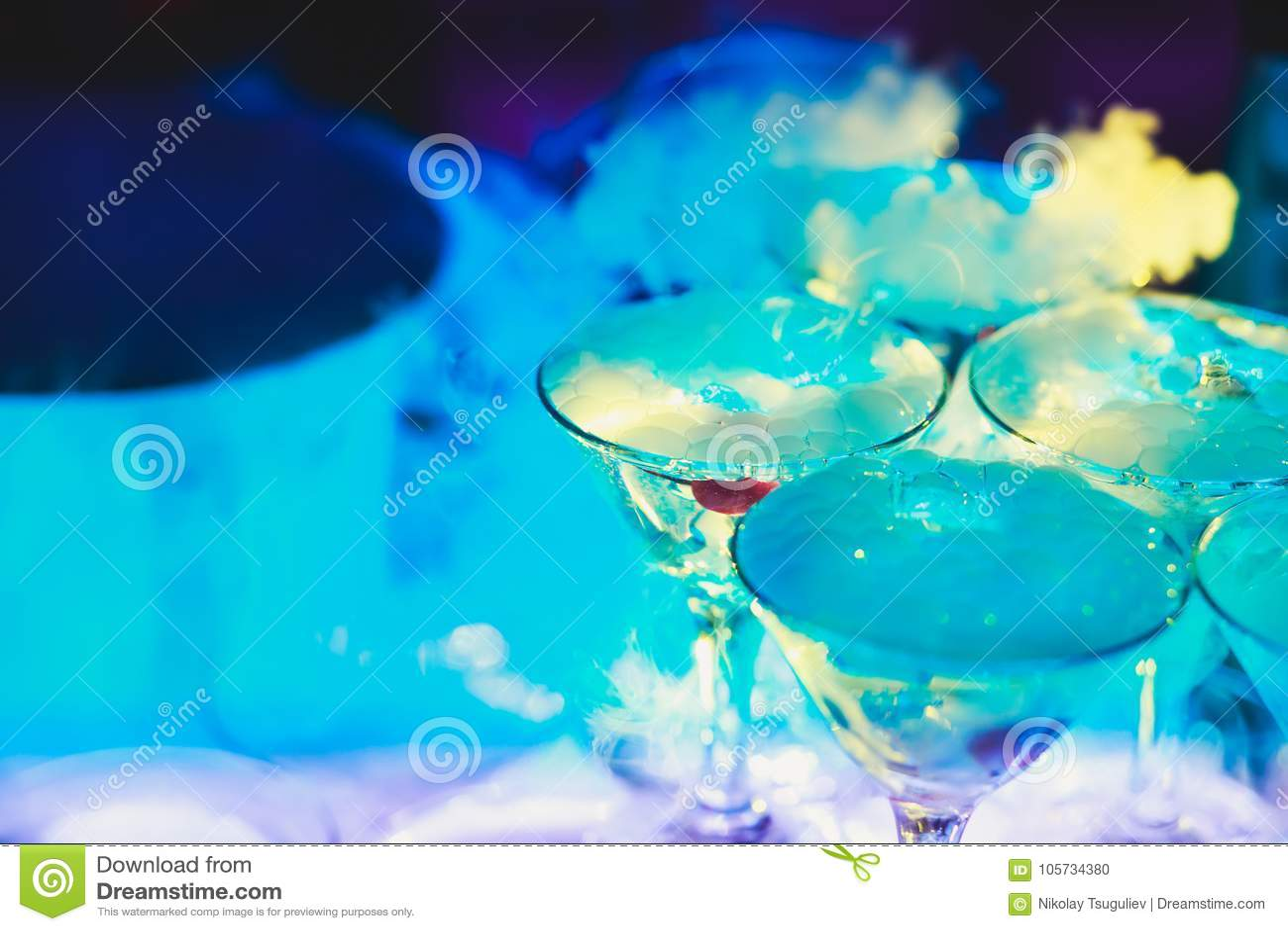Línea hermosa de la pirámide de diversos cócteles coloreados del alcohol con la menta en la fiesta de Navidad, el tequila, martin