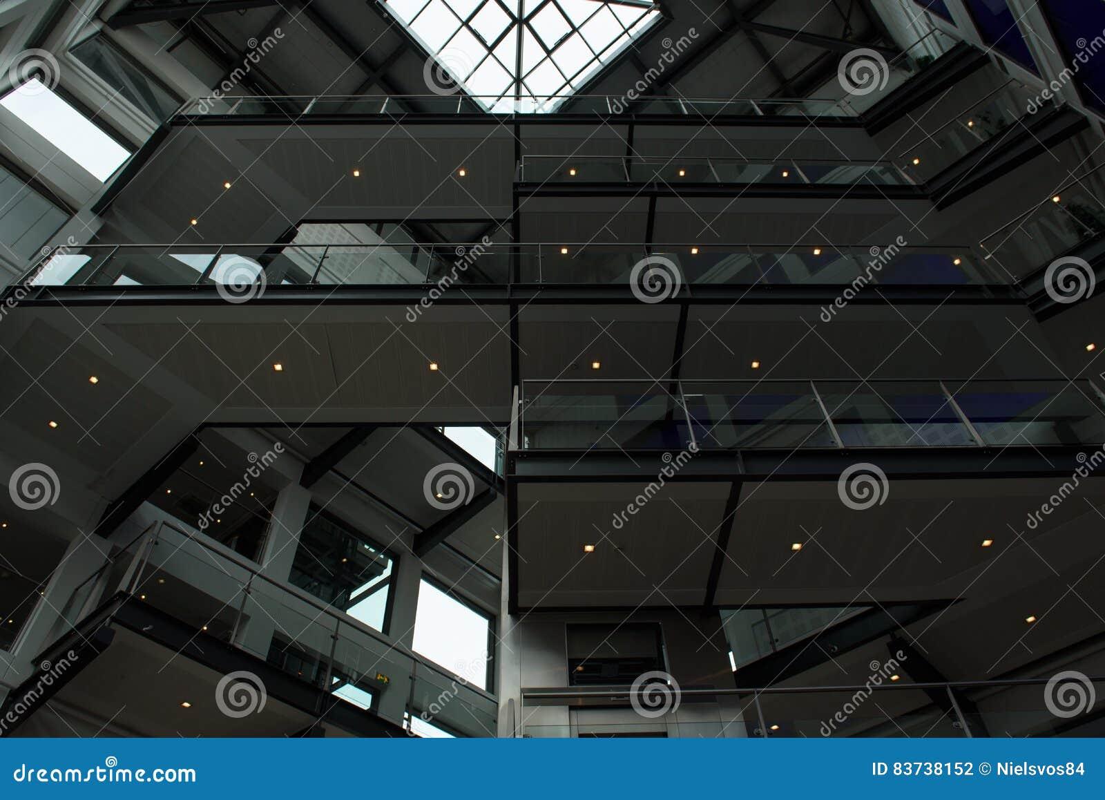 Líneas fuertes en un modelo en diseño interior moderno