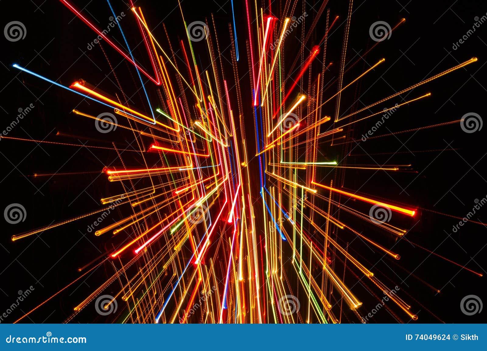 Líneas que brillan intensamente brillantes en fondo oscuro