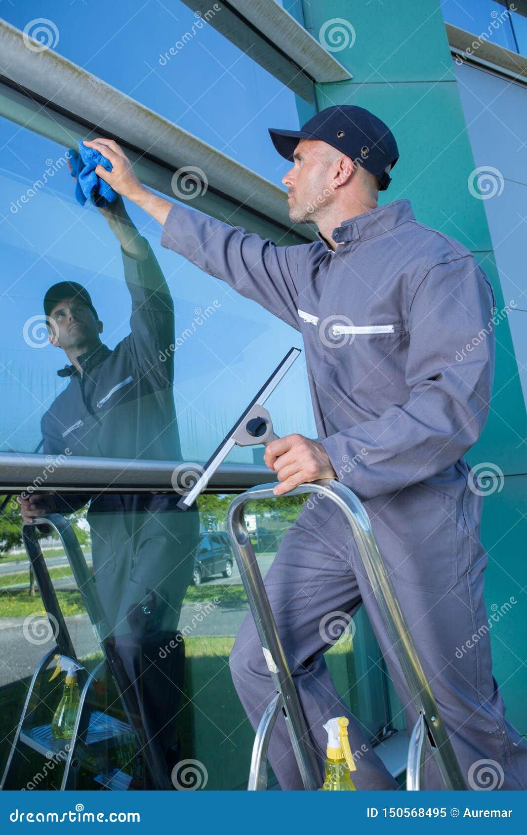 Líquido de limpeza de janela profissional no trabalho fora