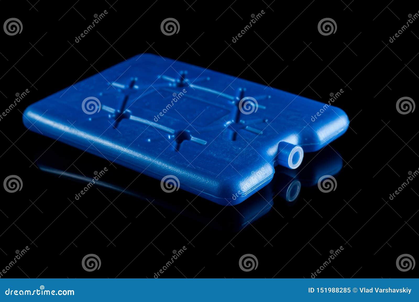 Líquido refrigerador para un bolso termal en un fondo negro, aislante Reflexi?n sobre el vidrio
