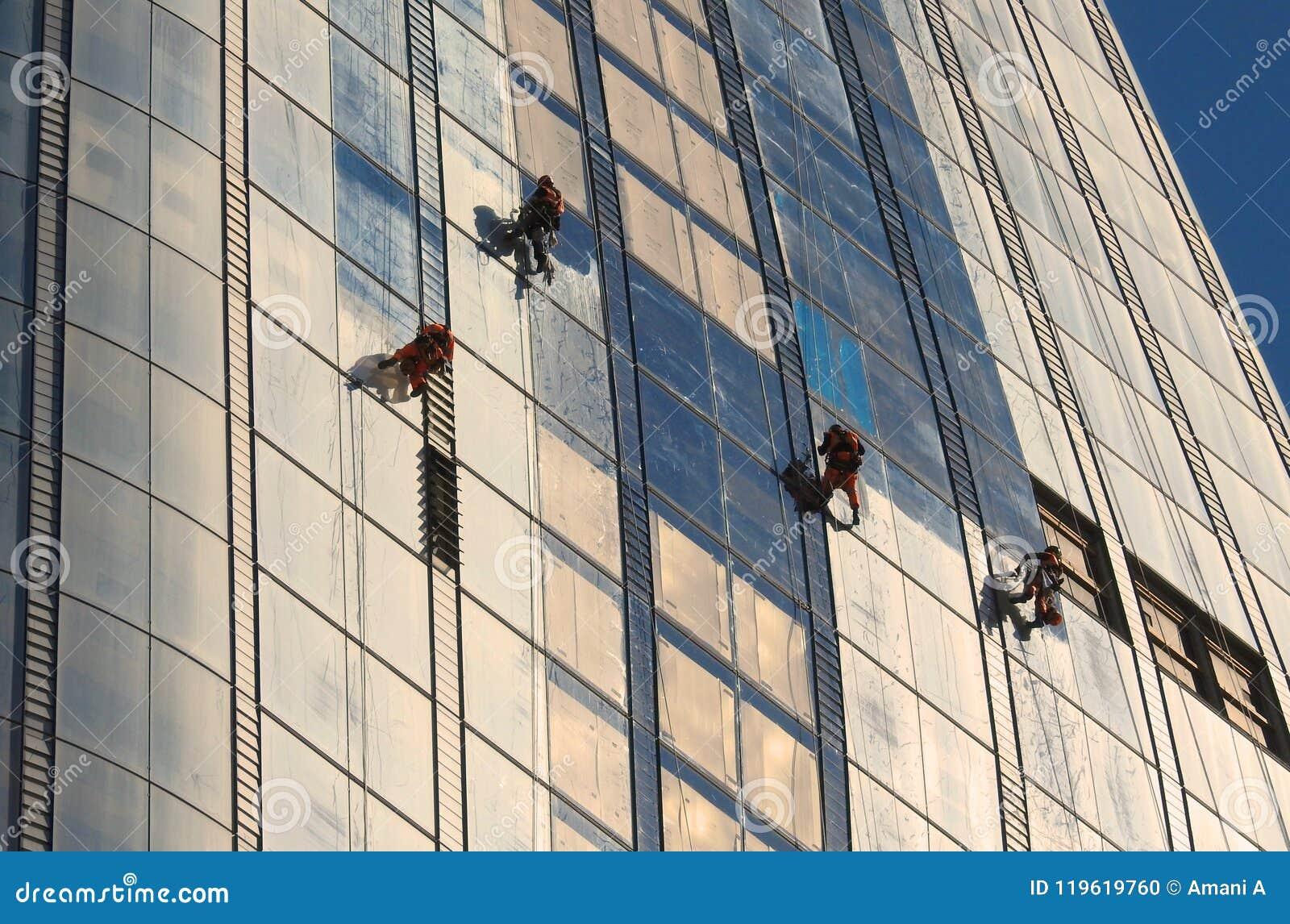 Líquidos de limpeza de janela que trabalham em um ` novo do arranha-céus o ` do vaso em Southwark Londres Em junho de 2018