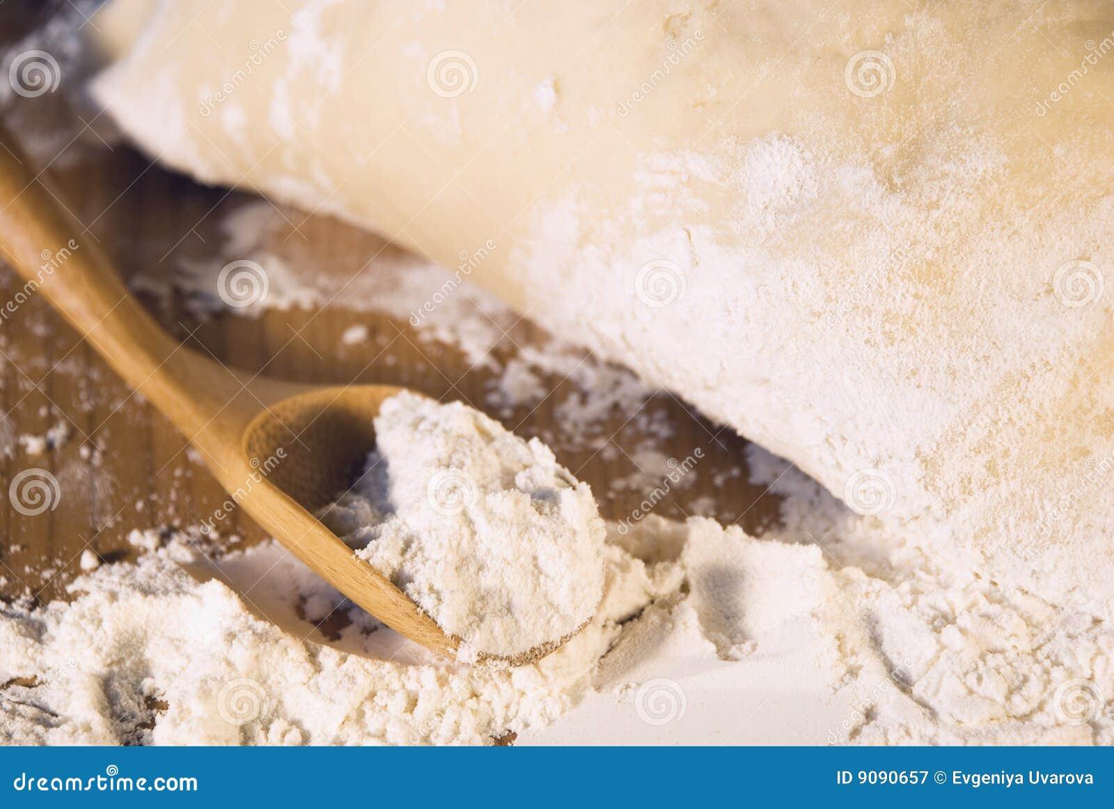 Löffel des Mehls und des Teigs