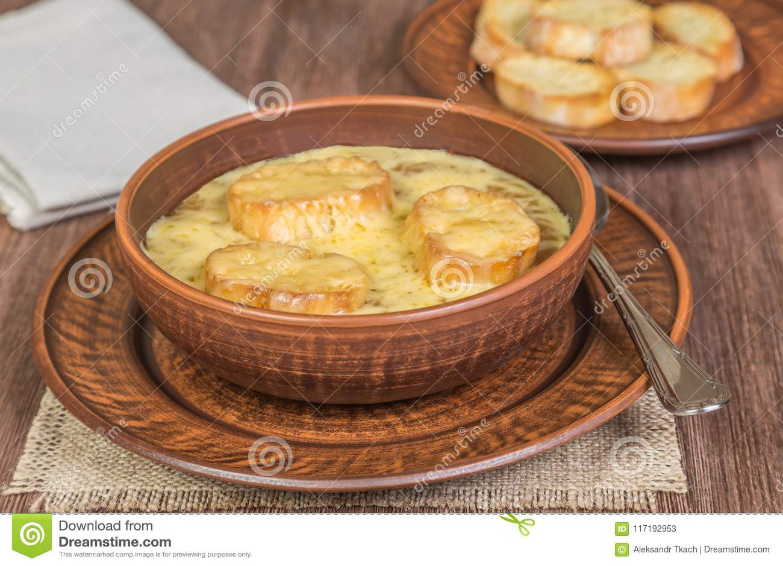 Löksoppa med den rostade bagetten på tabellen som göras av ekplankor Franskt matbegrepp medf8ort
