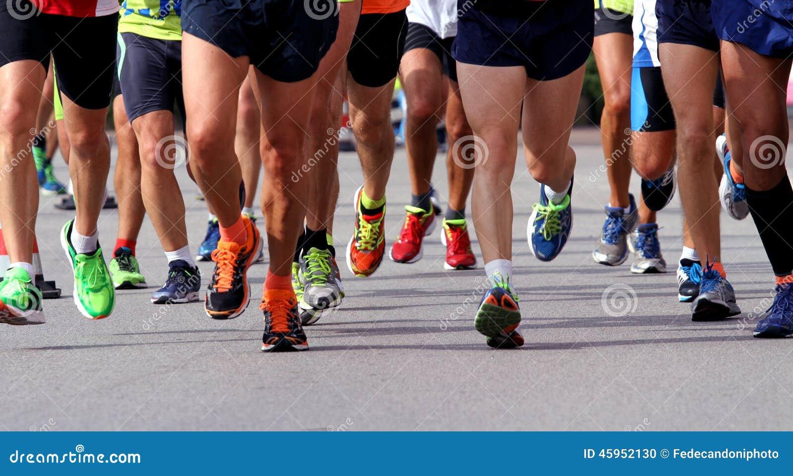 Löpare som springer till mållinjen av maraton