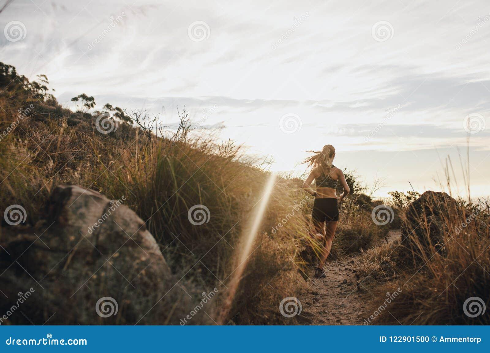 Löpare som utarbetar i härlig natur