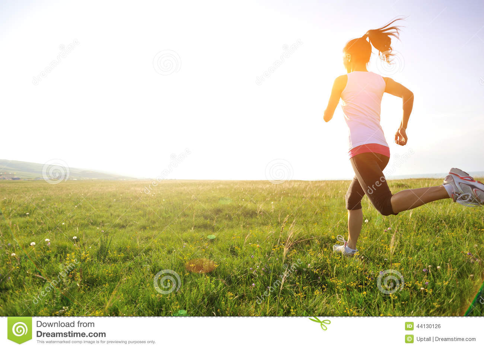 Löpareidrottsman nenspring på gräs