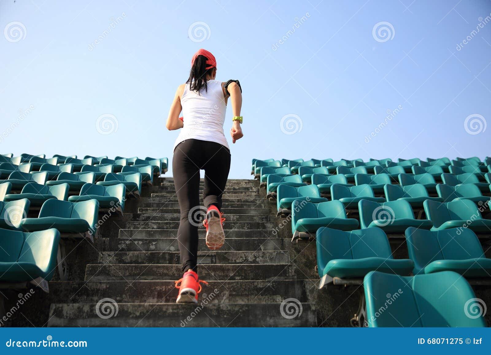Löpareidrottsman nenspring på trappa