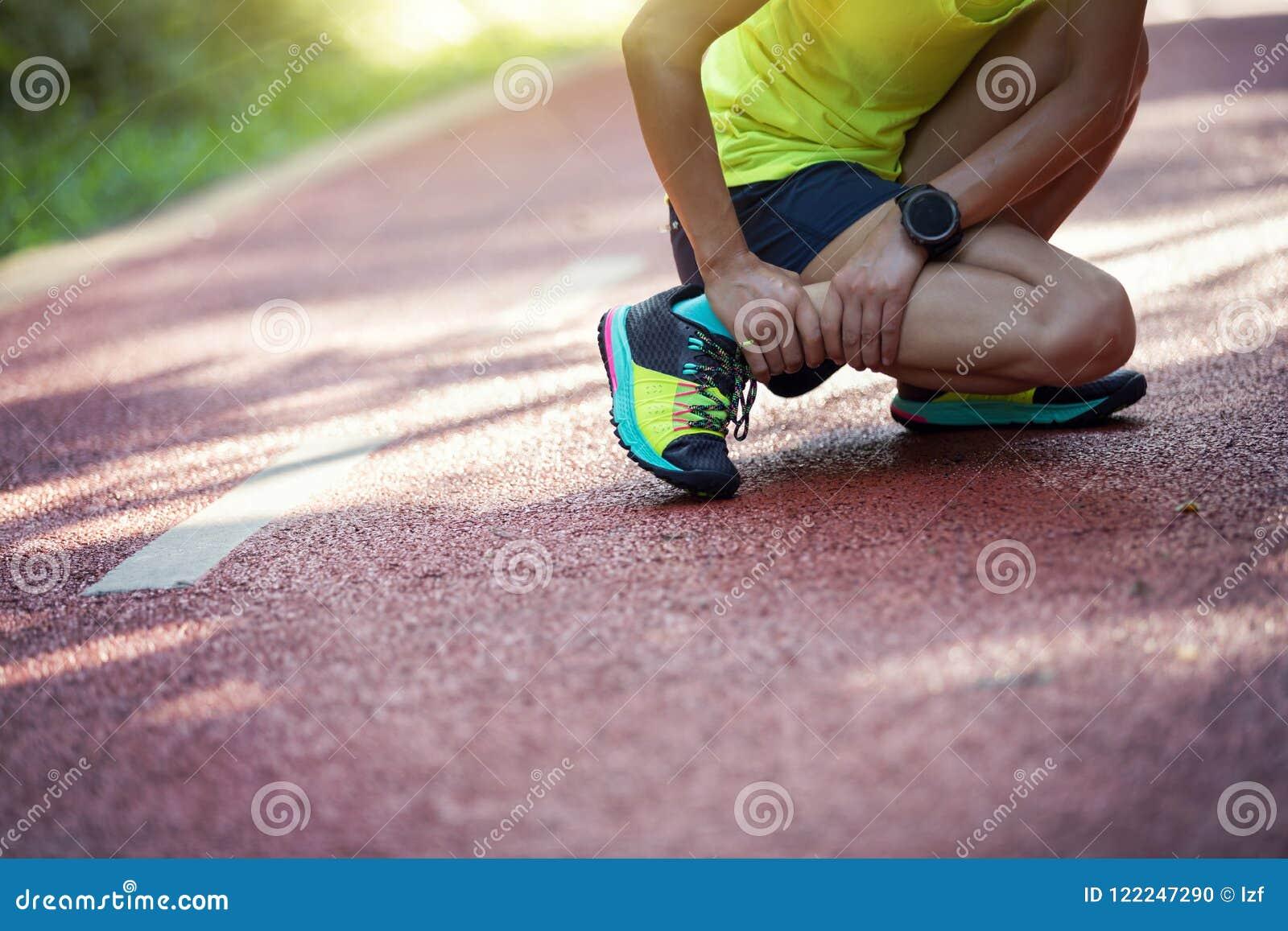 Löparelidande med smärtar på sportar som kör skada