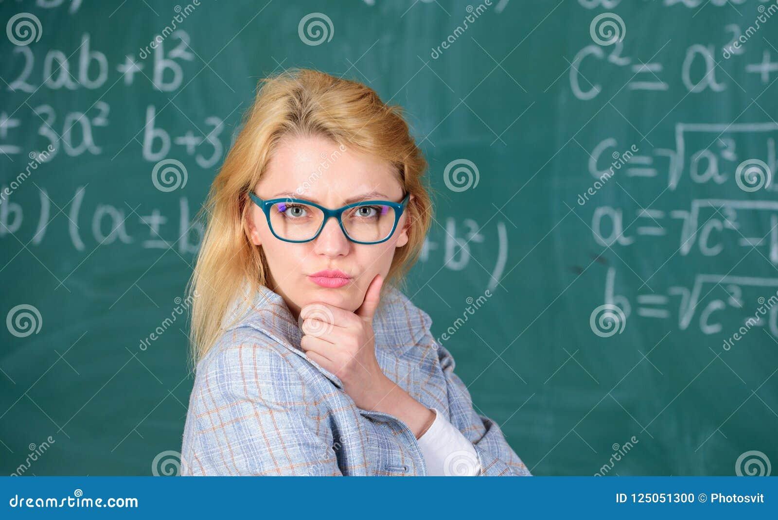 Lösen Sie Mathematikaufgabe Lehrerfrau denken an das Lösen und Ergebnis Intelligentes Lehrerklassenzimmer der Damenabnutzungsbril