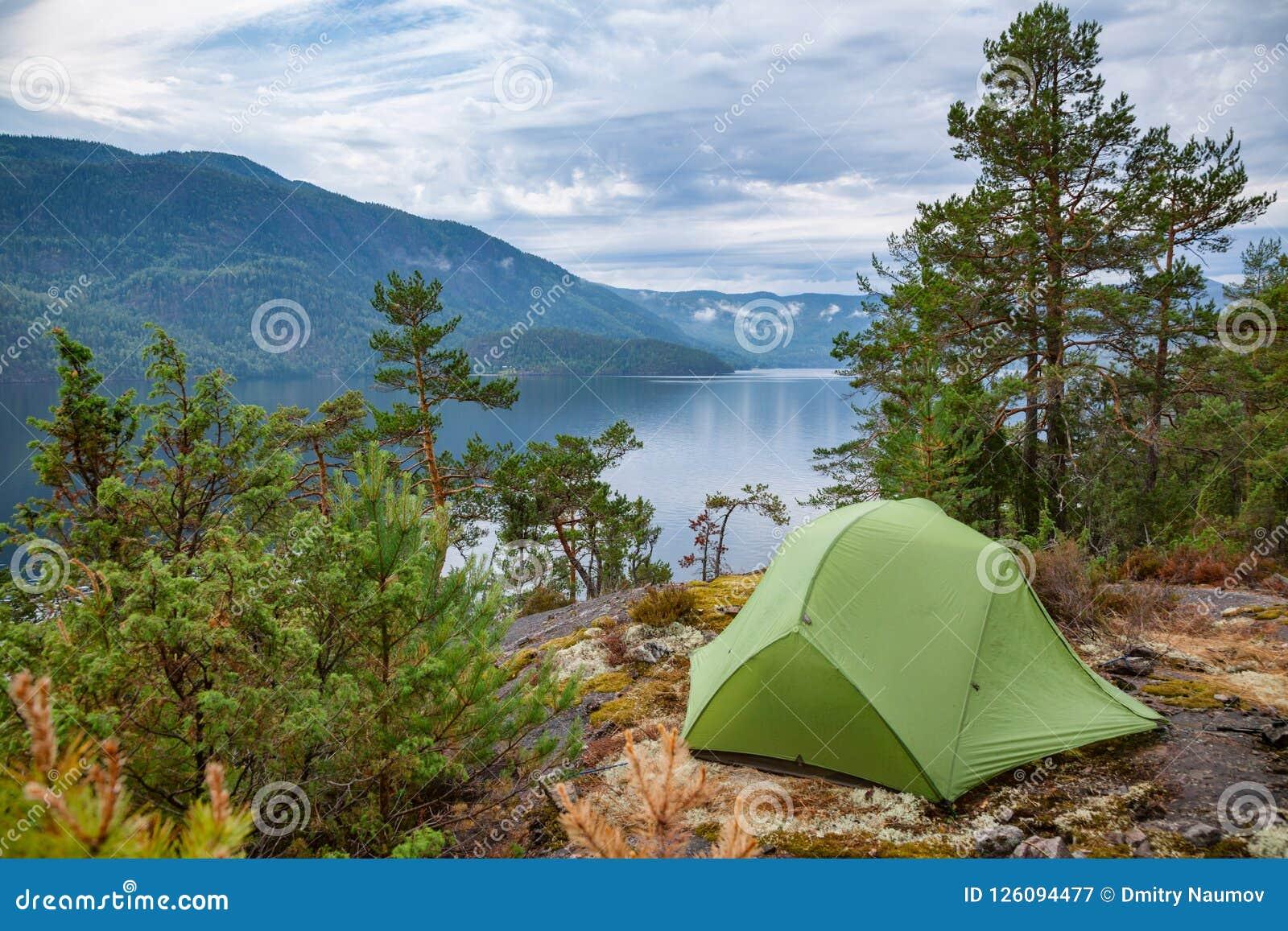 Löst campa vid en sjö i Norge
