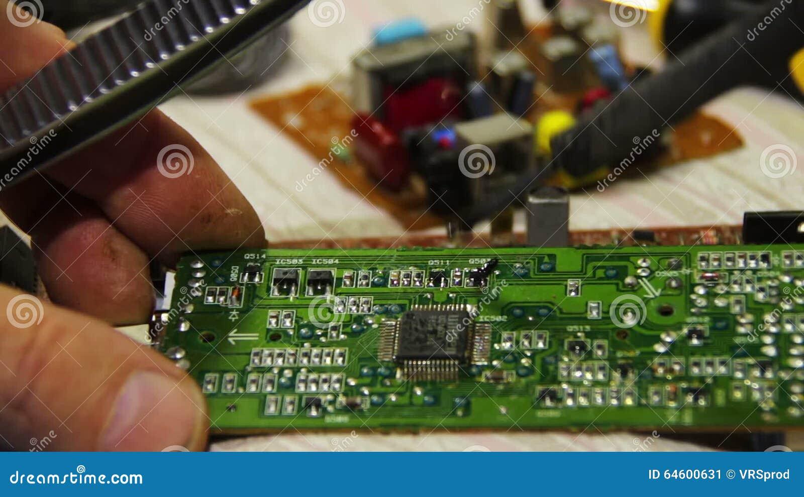 Lötende Elektronik Auf Leiterplatte Stock Video - Video von hardware ...