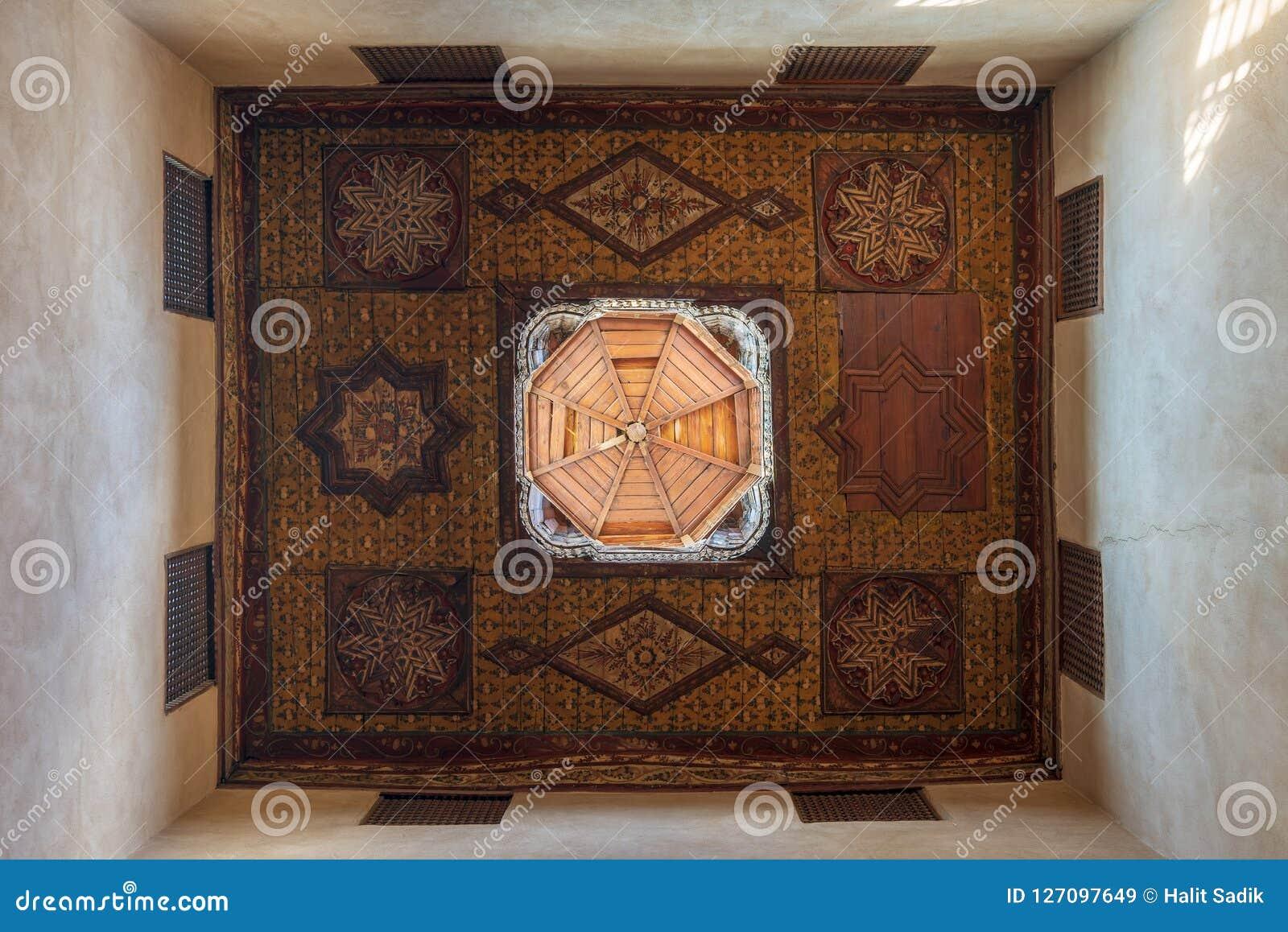 L ère de tabouret a décoré le plafond en bois avec les décorations florales de modèle et le dôme en bois, le Caire, Egypte