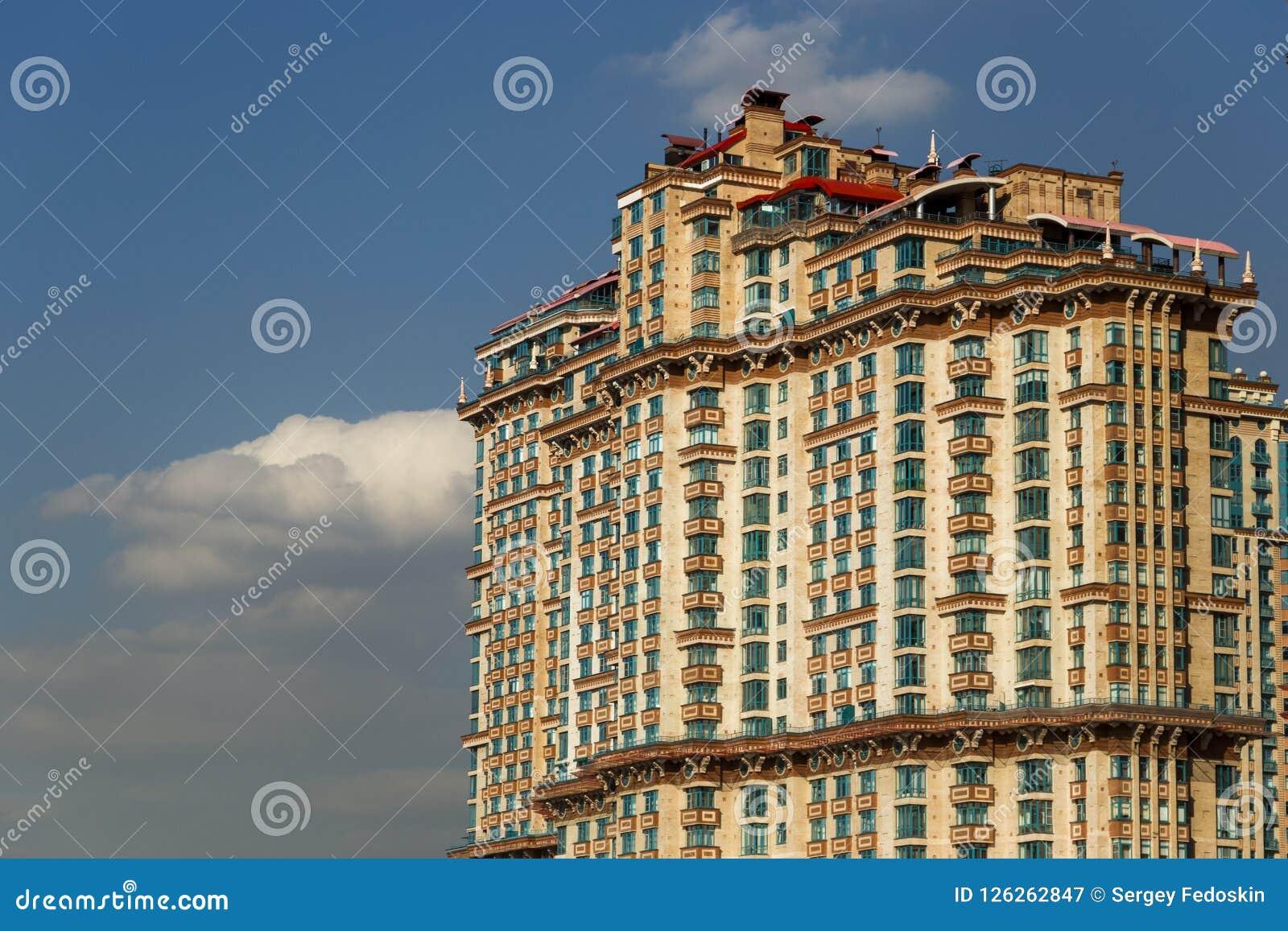 L écarlate complexe résidentielle ayant beaucoup d étages de ` navigue le `