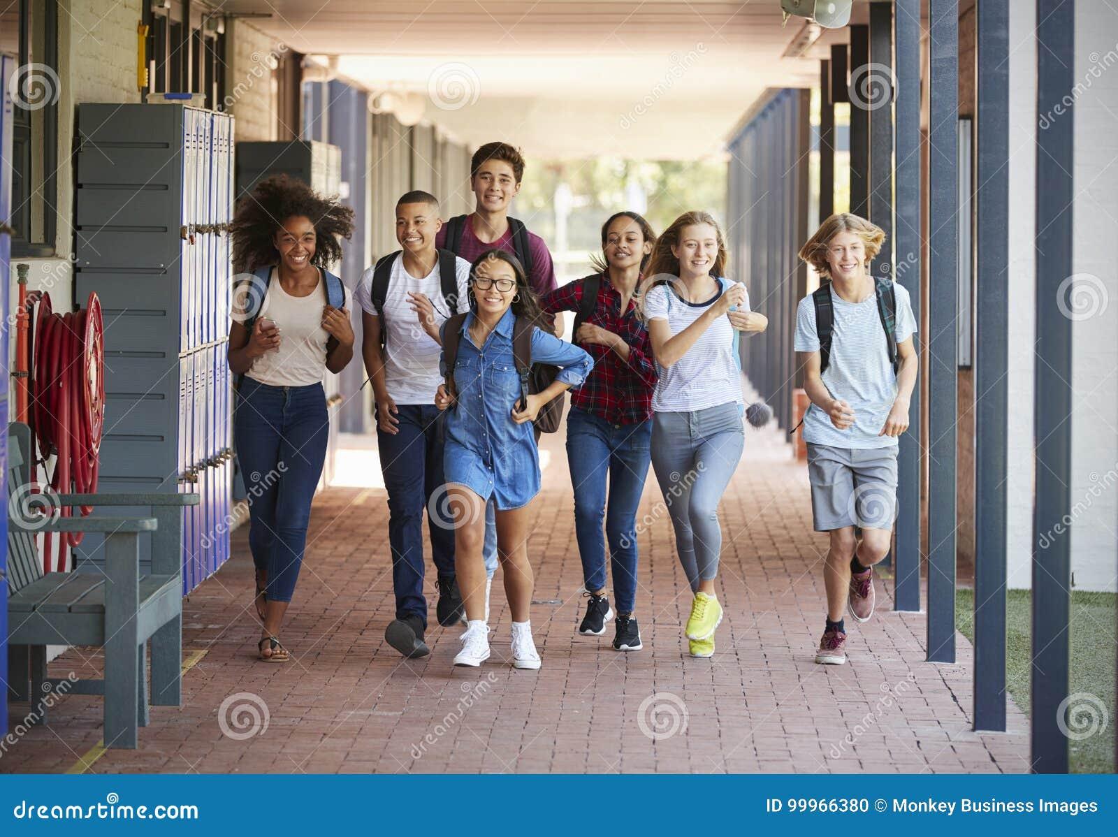 L école d adolescent badine le fonctionnement dans le couloir de lycée